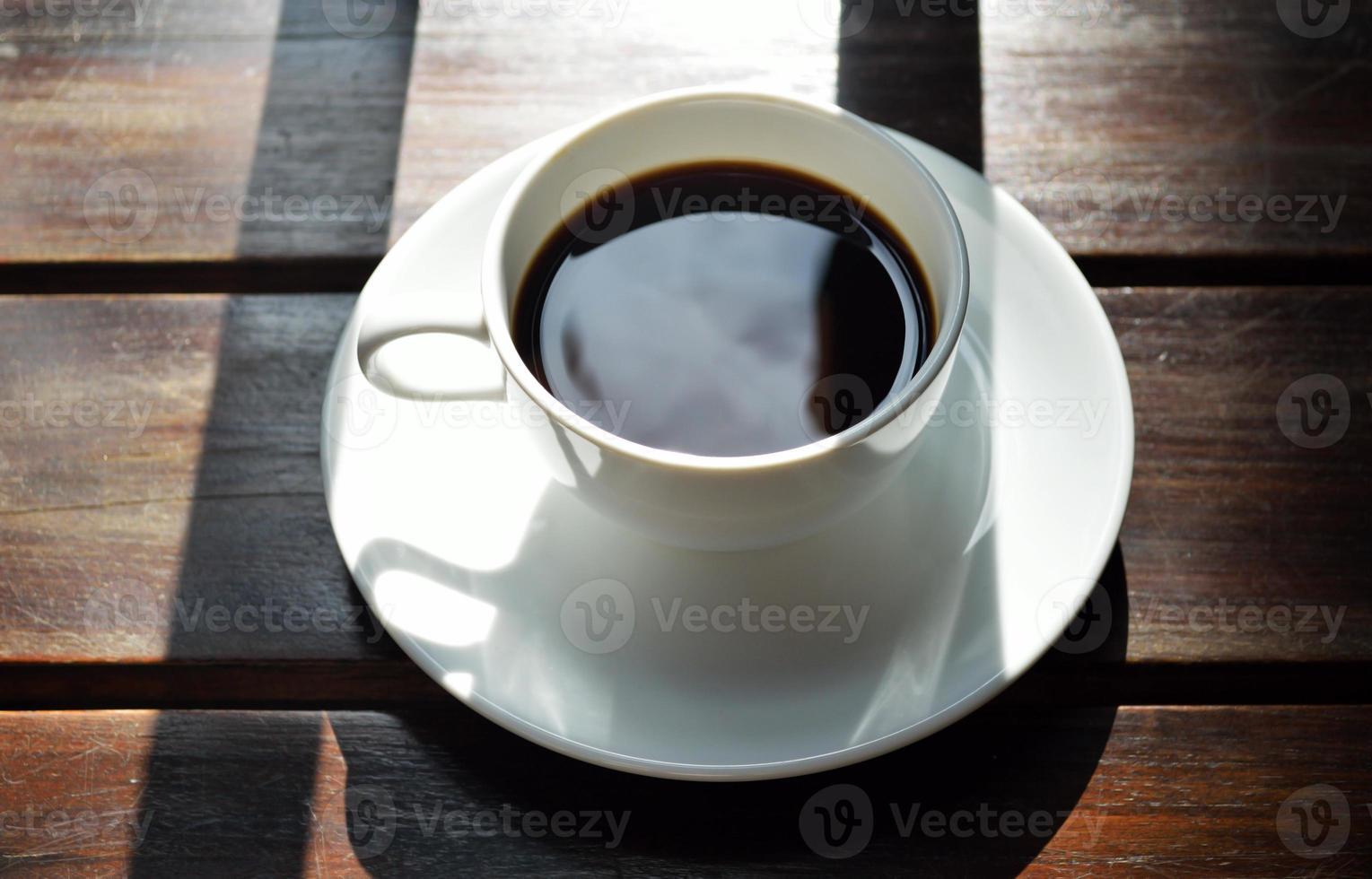 pomeriggio rilassante caffè sullo sfondo di legno foto