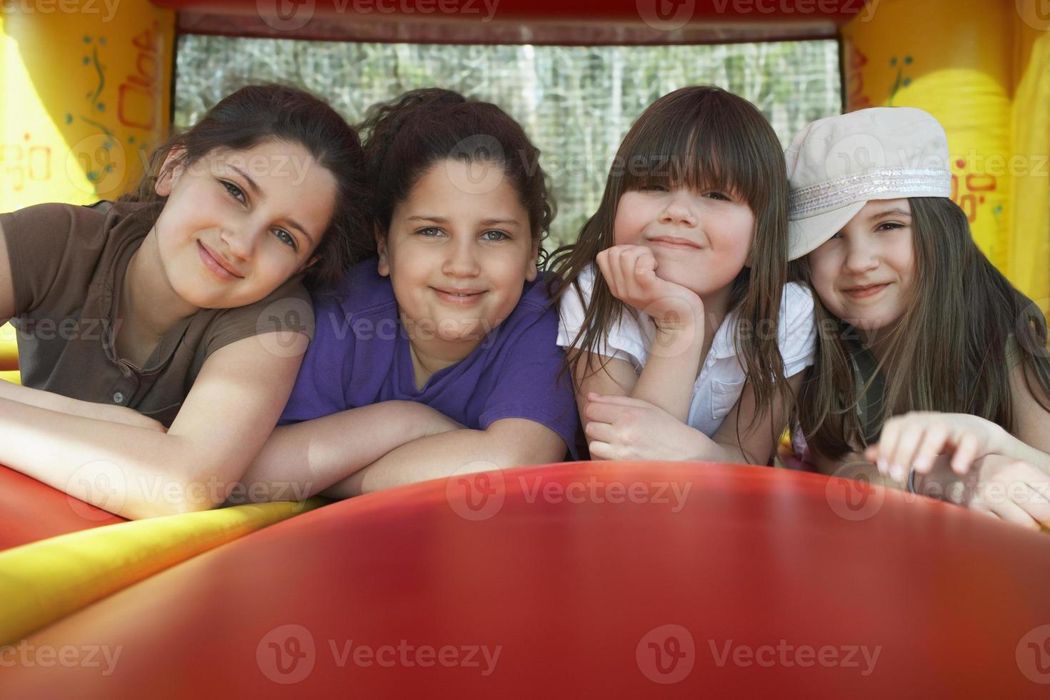ragazze felici che si rilassano nel castello gonfiabile foto