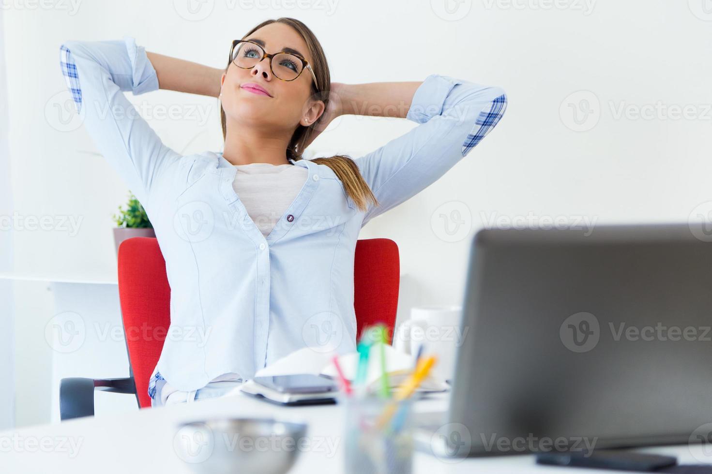 bella giovane donna rilassante un momento nel suo ufficio. foto
