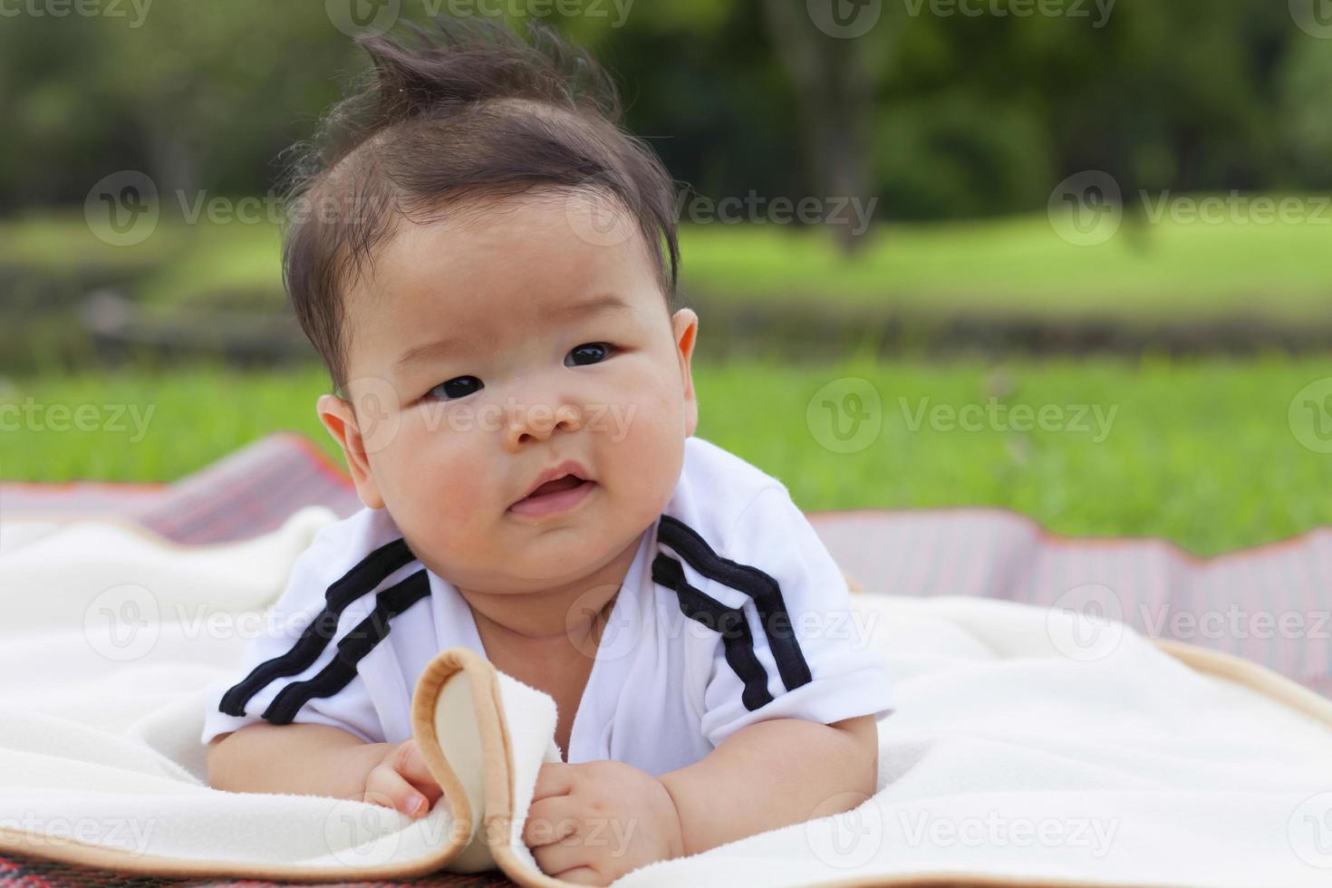 bambino che si distende nel parco. foto
