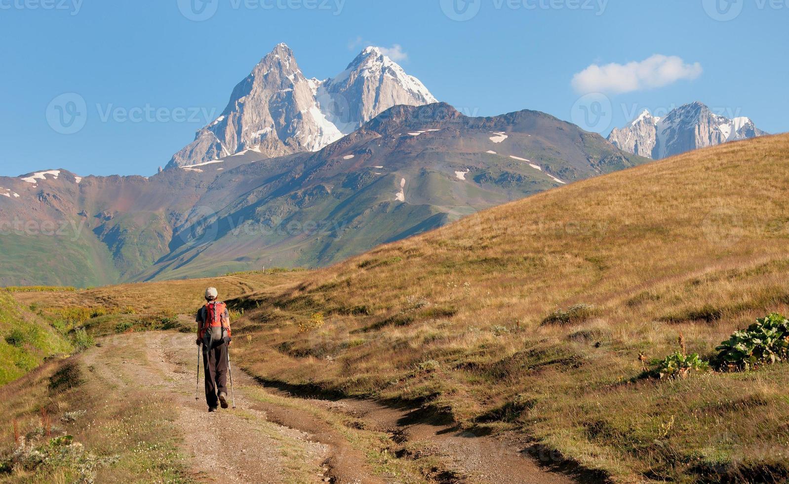 l'alba turistica sorge in montagna foto