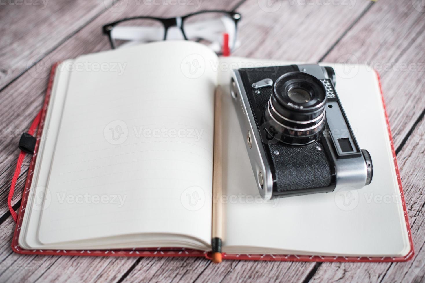 fotocamera e notebook retrò foto
