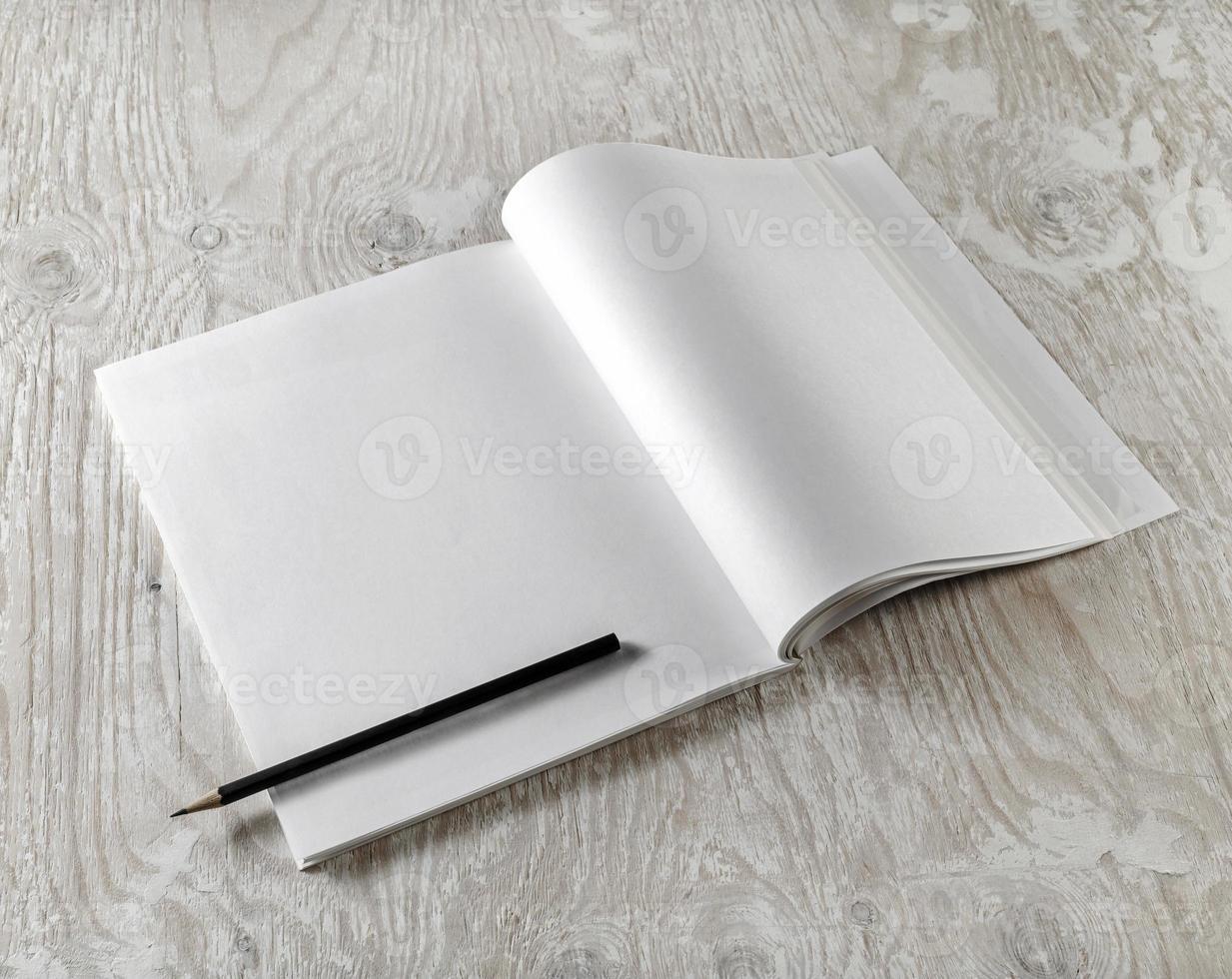 libro di testo aperto in bianco foto