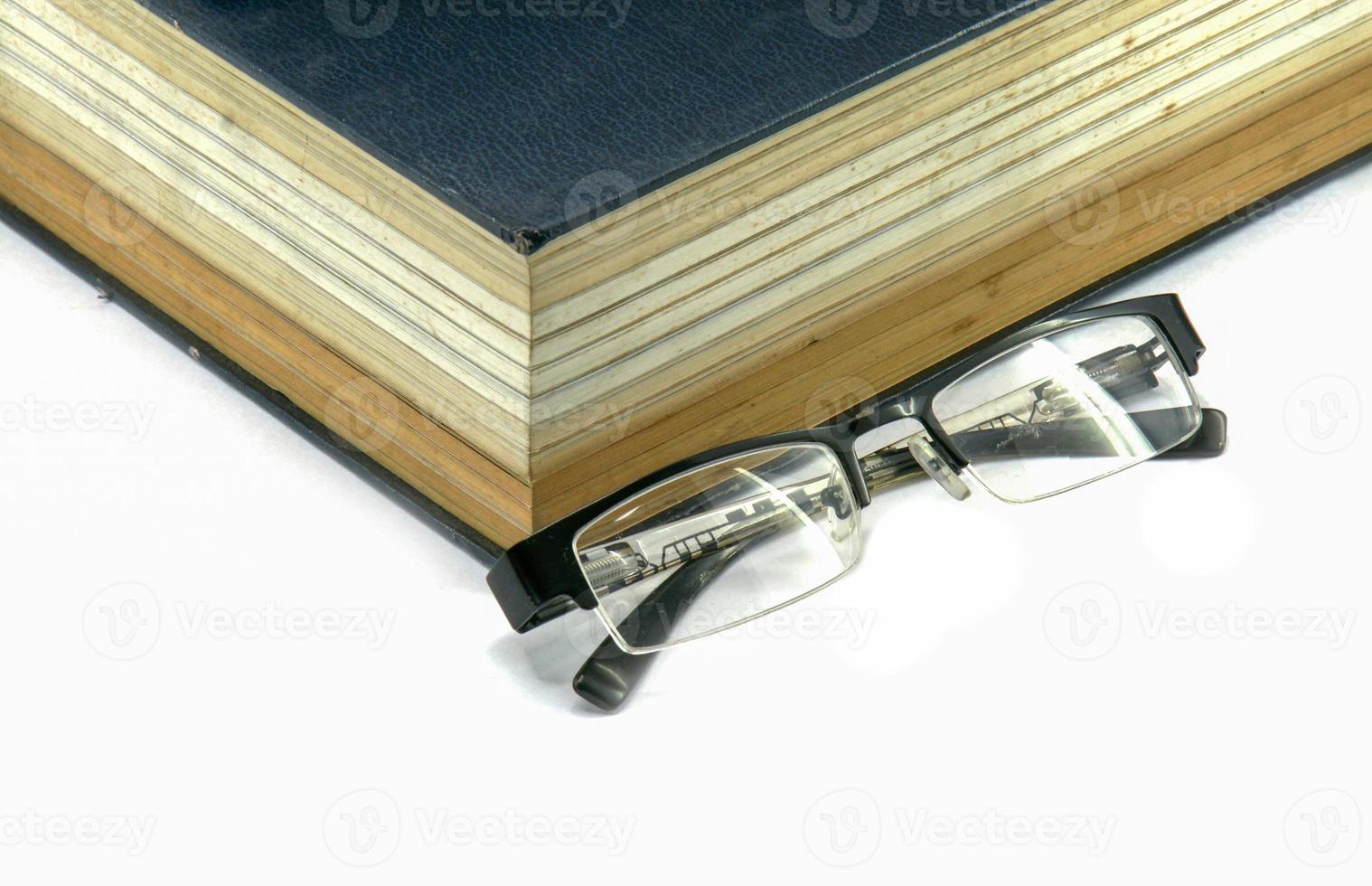 vecchio libro di testo o bibbia con gli occhiali foto