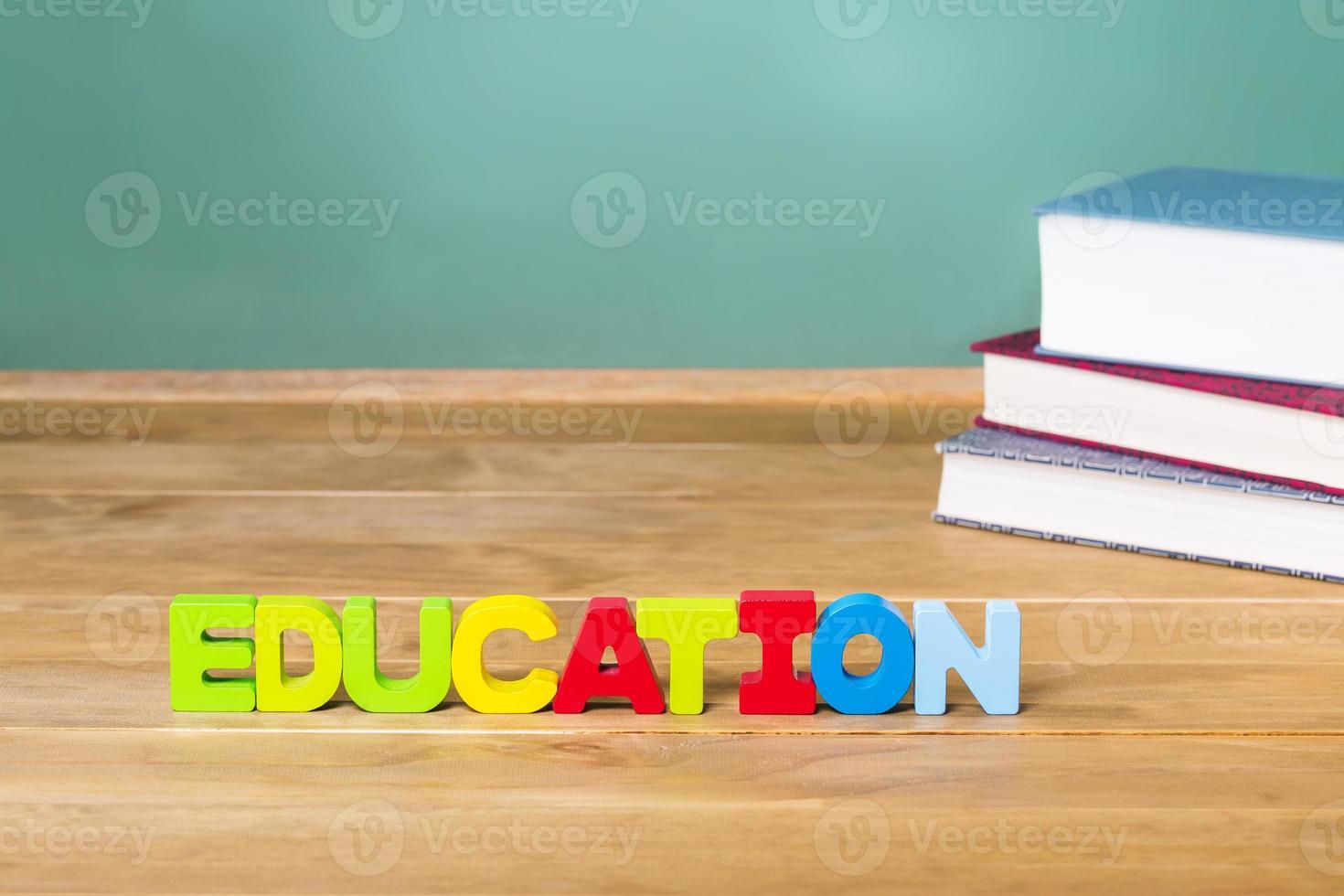 tema di educazione con libri di testo e lavagna verde foto