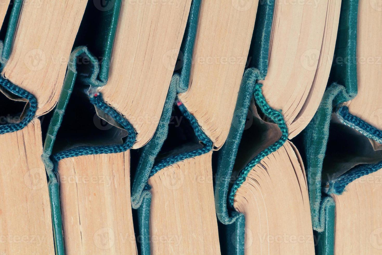 impilare vecchi libri a copertina rigida foto
