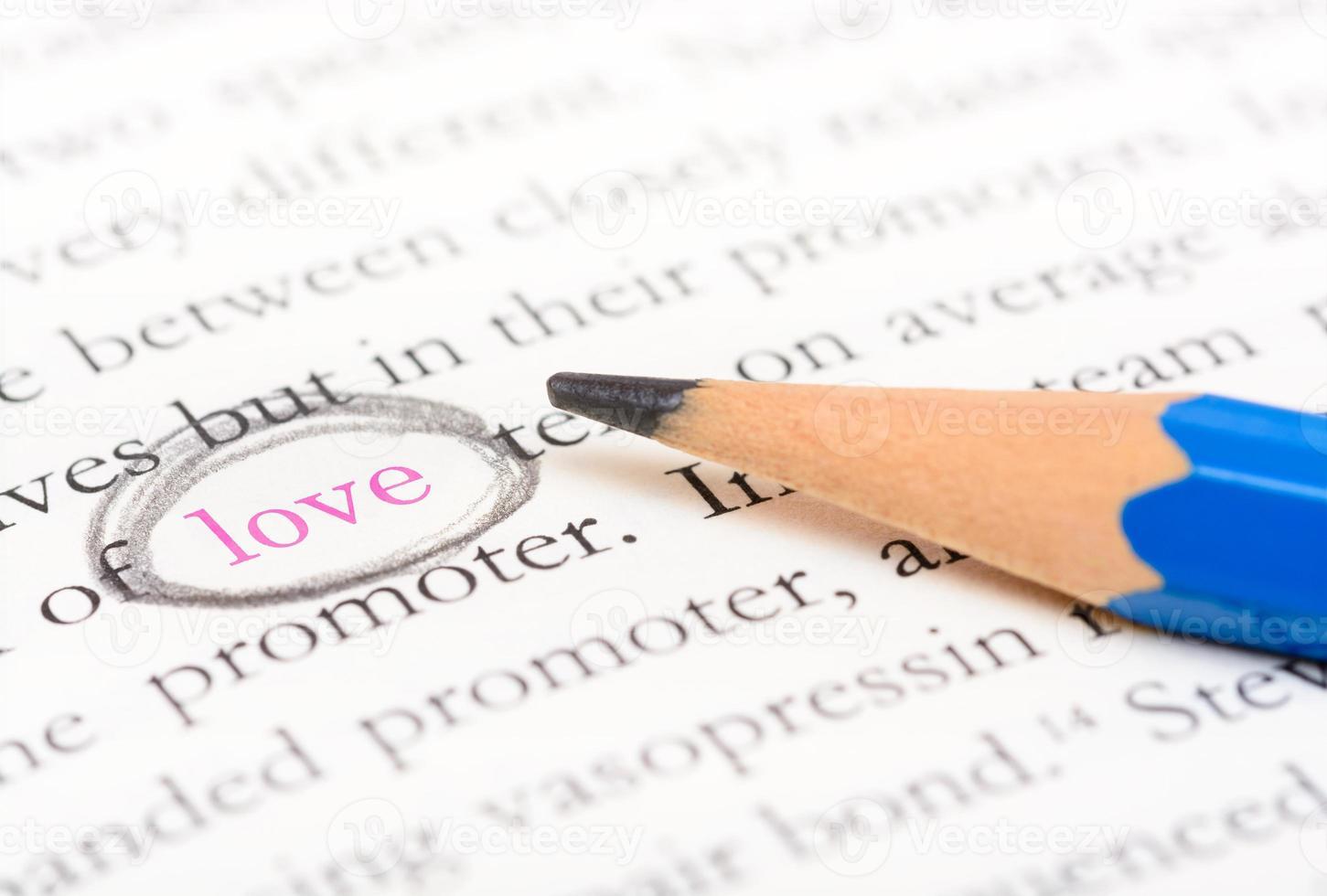 punto culminante del cerchio della matita sulla parola amore foto