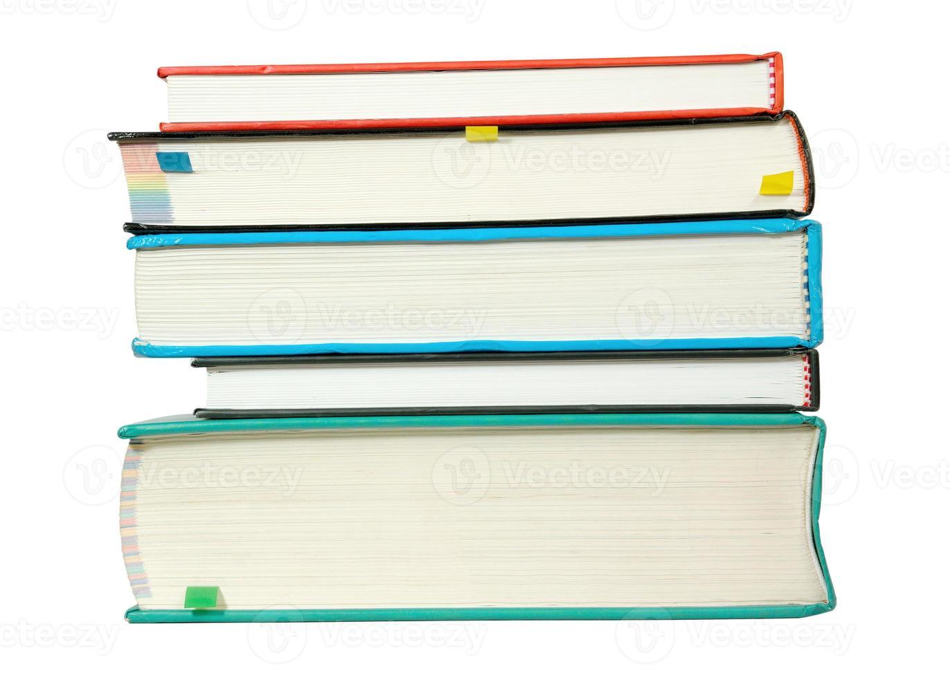 pila di libri isolata su bianco foto
