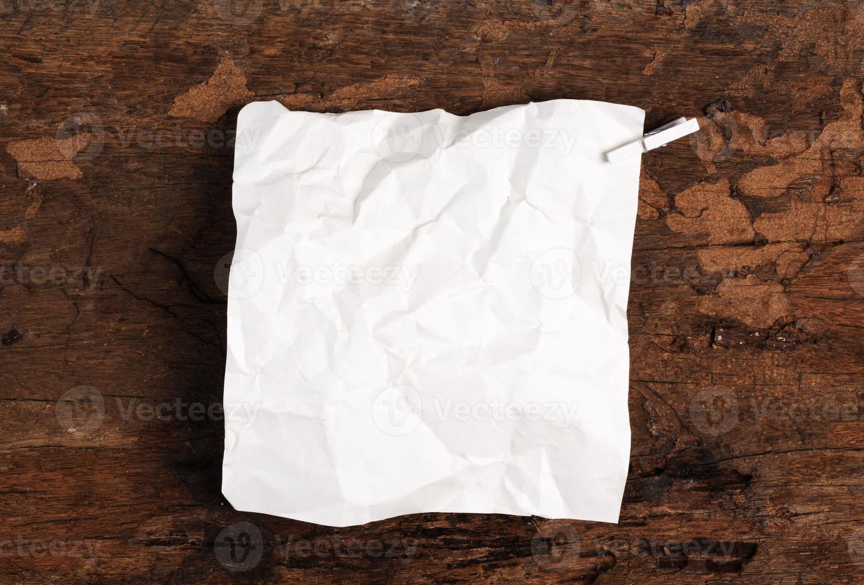 occhiolino strappato carta dalla pagina del taccuino foto