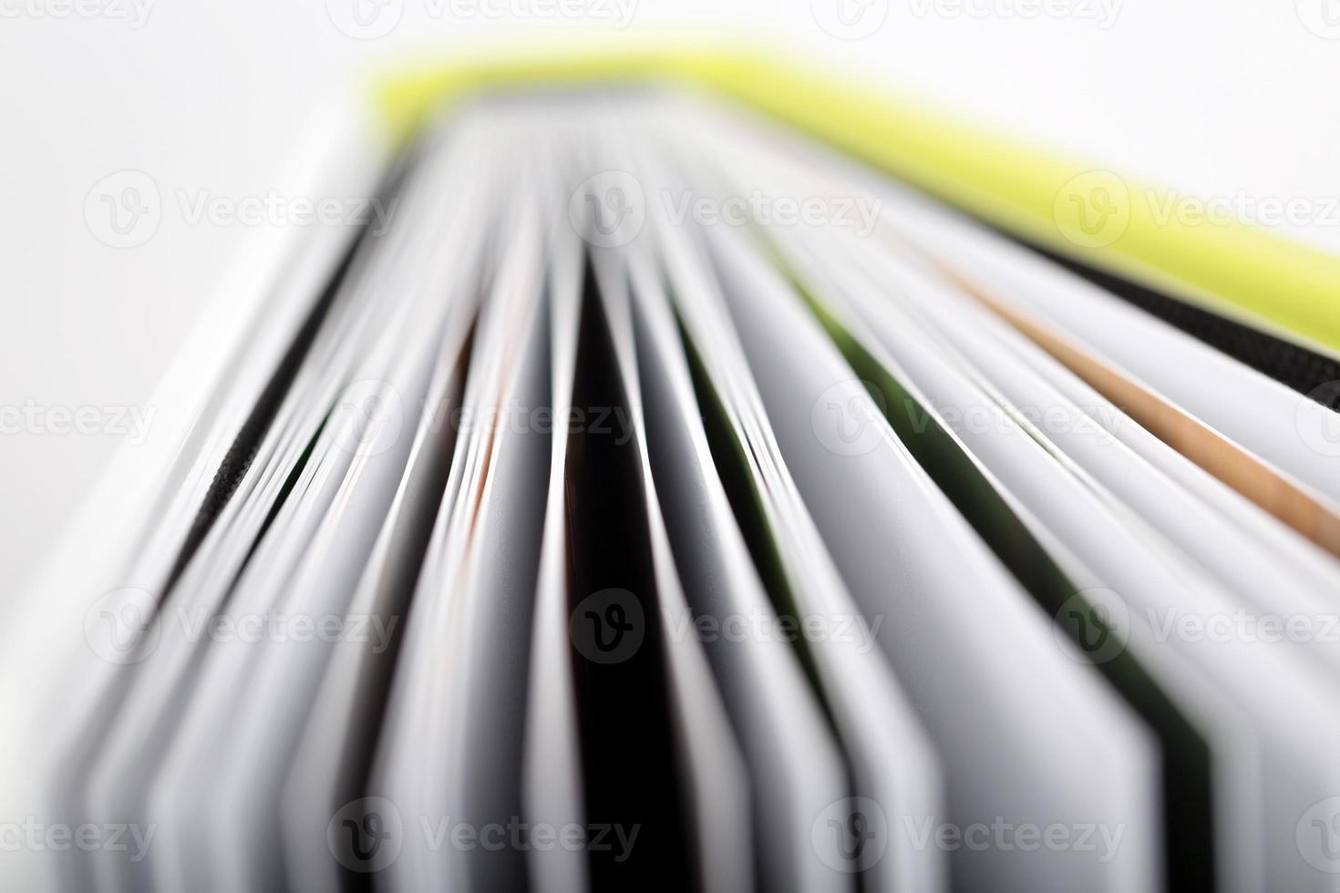 primo piano di un libro aperto foto