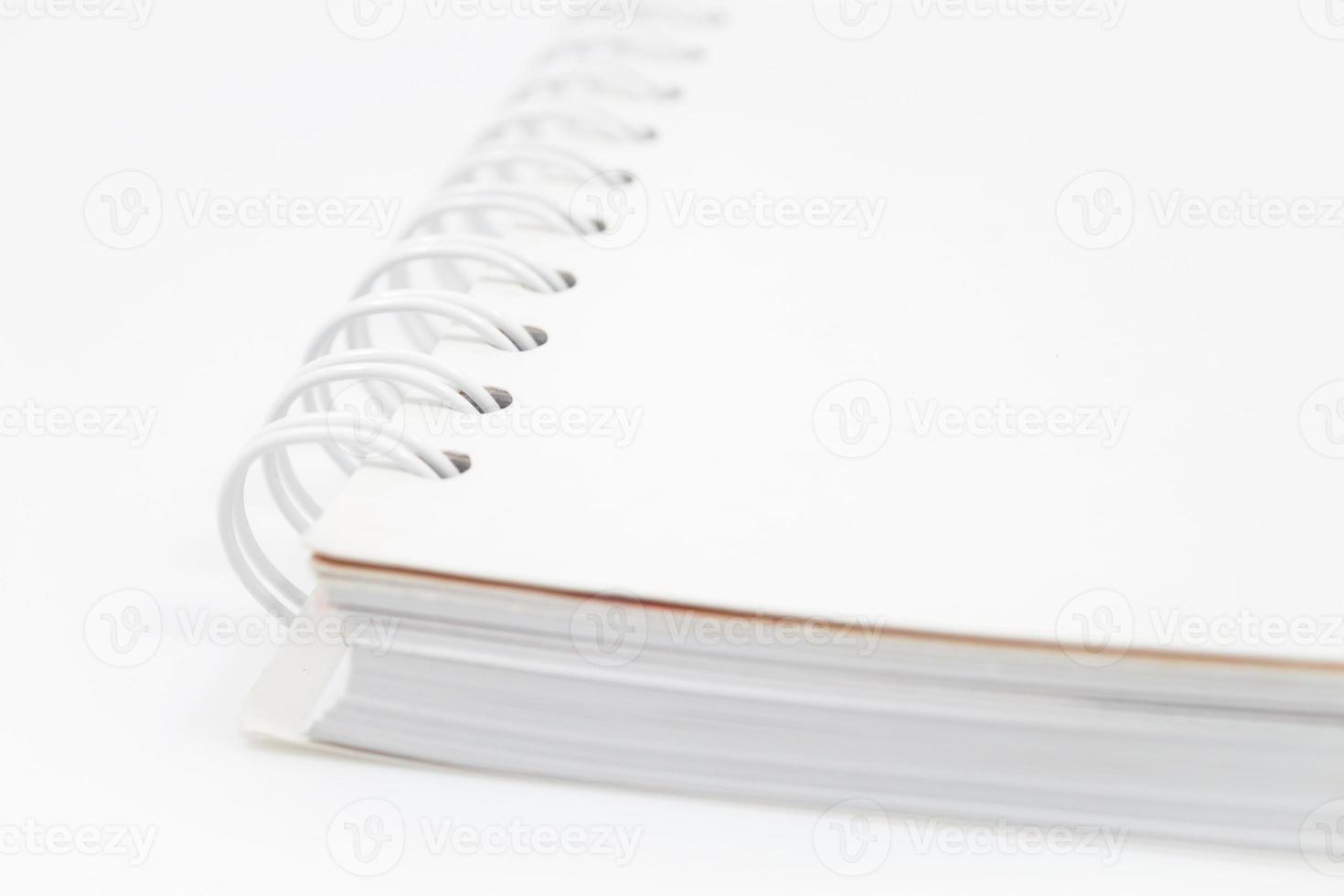 primo piano quaderno a spirale isolato su sfondo bianco foto