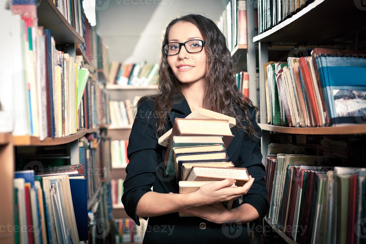 donna bruna in biblioteca foto