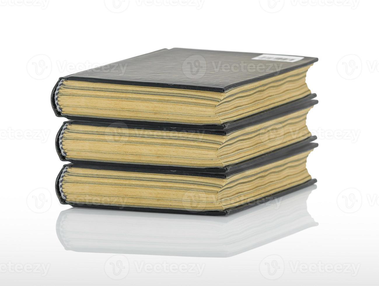 libro nero chiuso con ombra su sfondo bianco foto