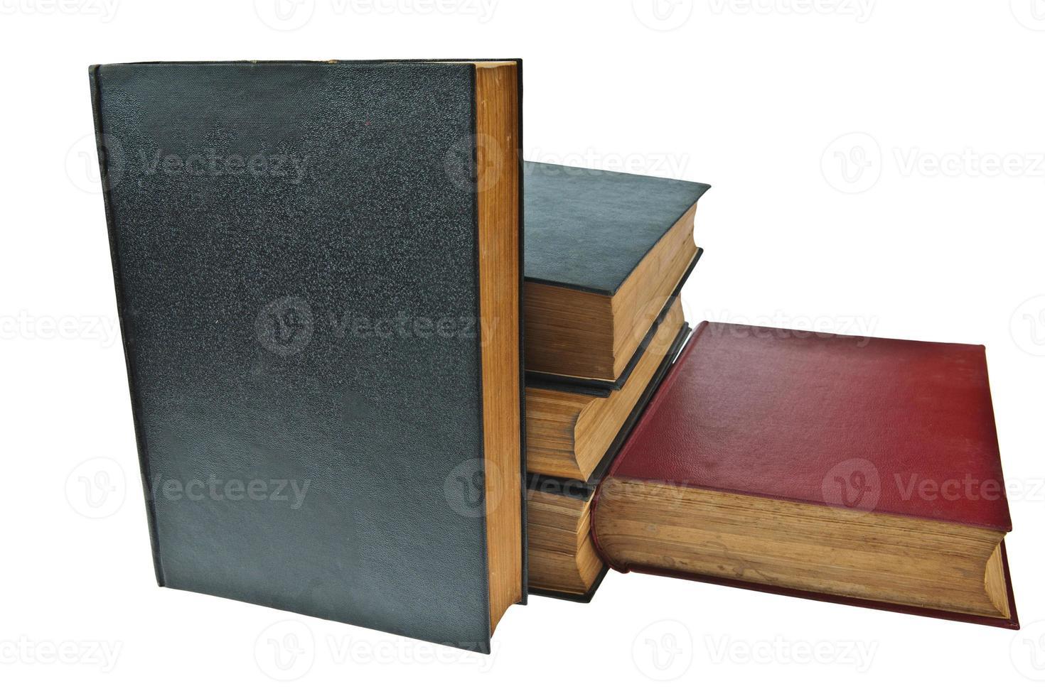 vecchio libro con occhiali isolati su sfondo bianco foto