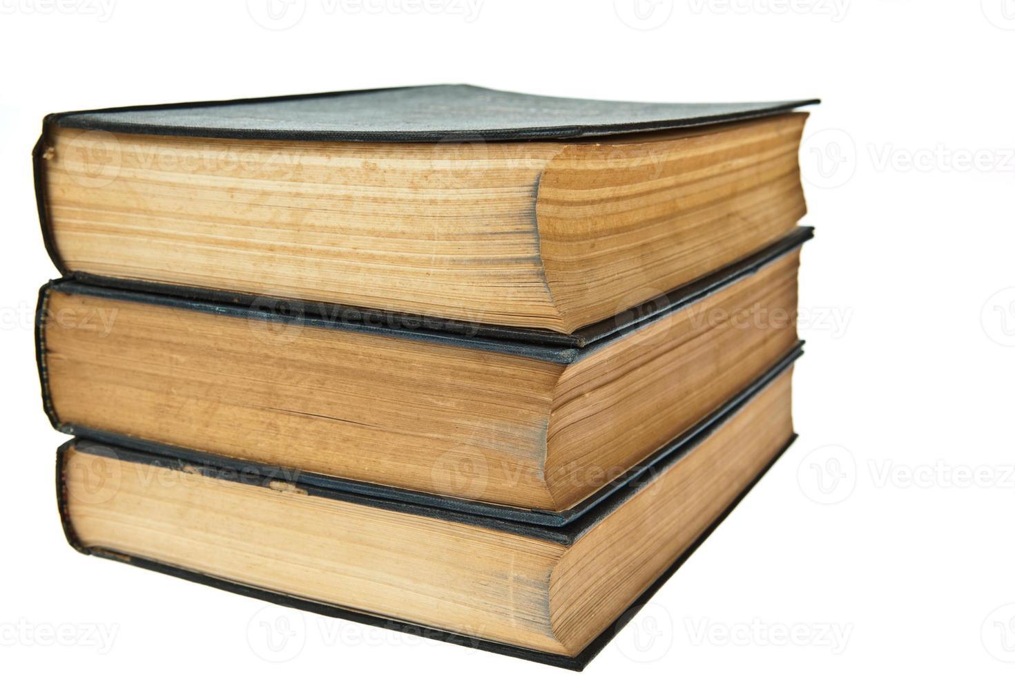 pila di vecchi libri isolati su sfondo bianco foto