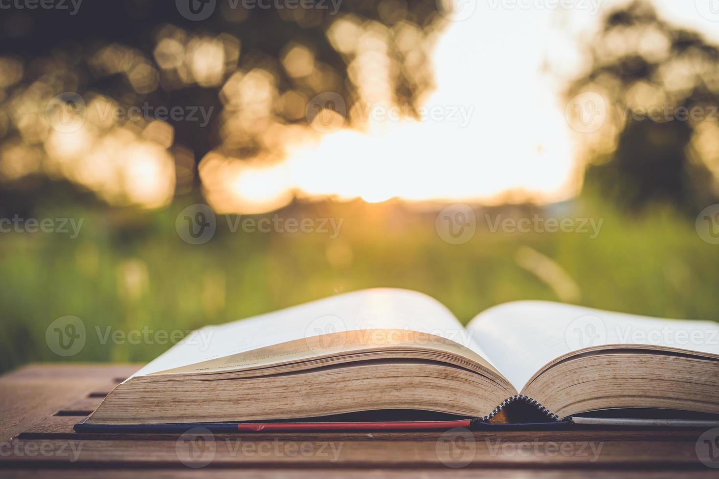 libro da vicino sul tavolo foto