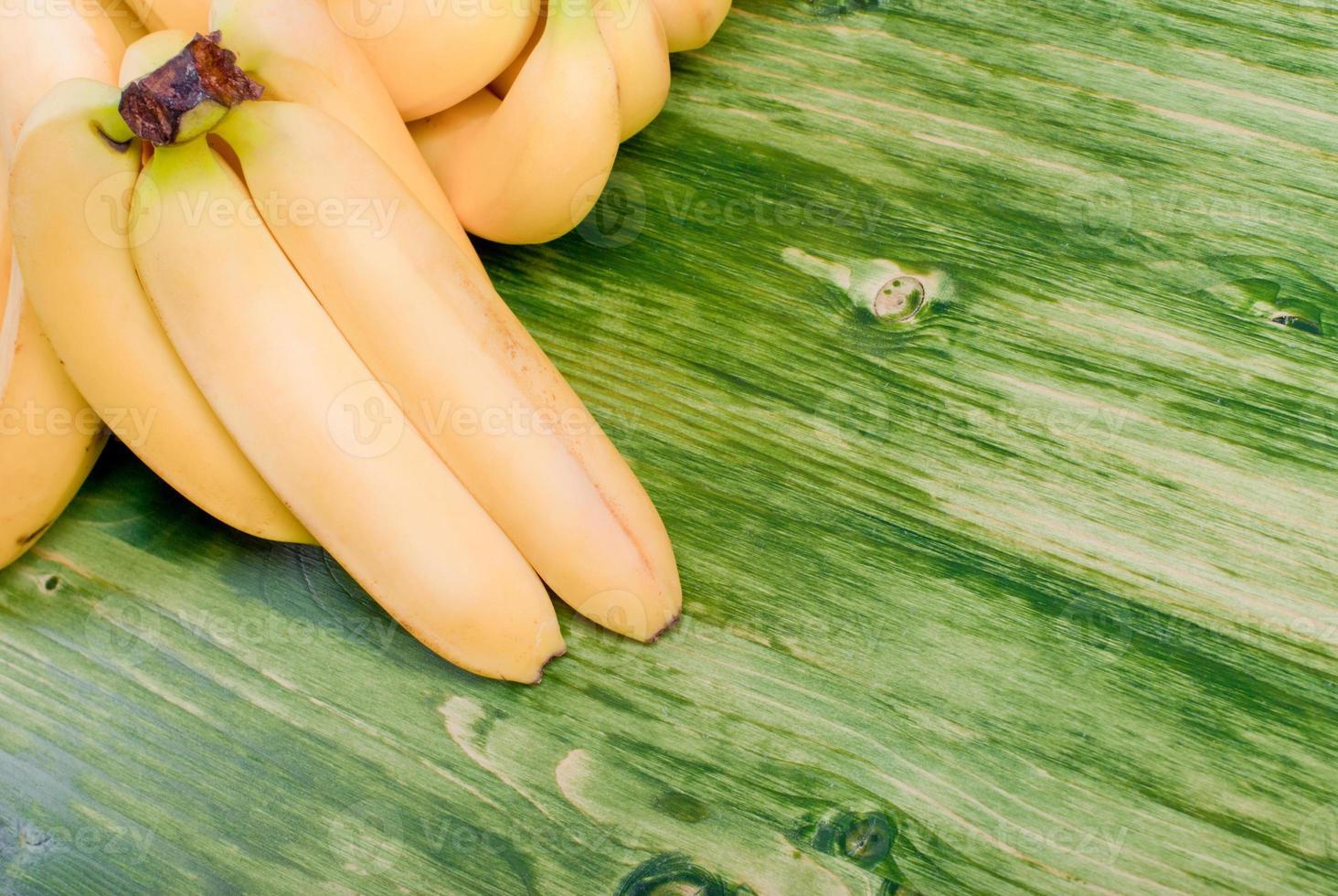 banane gialle su una lavagna verde foto
