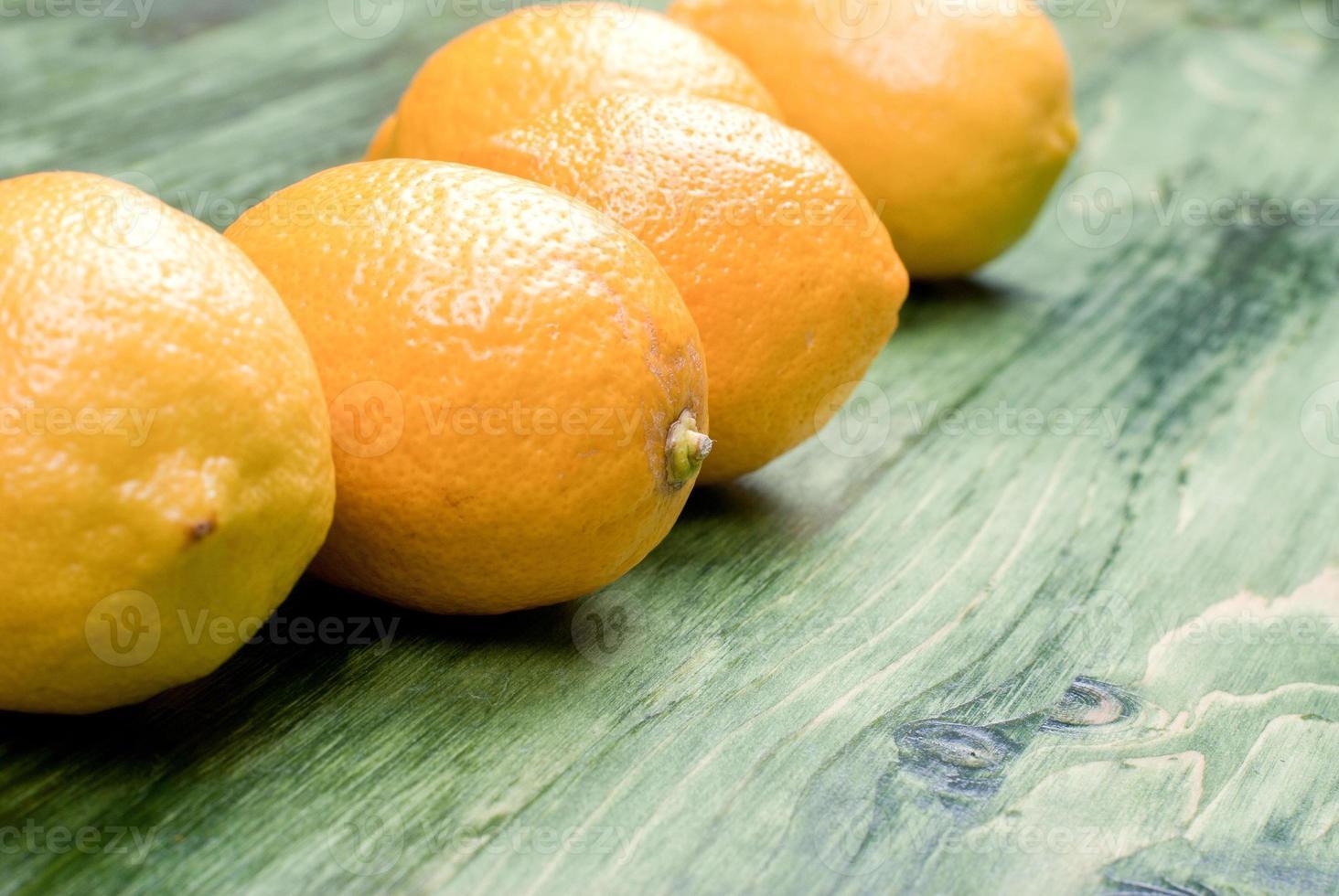 tipico limone giallo su uno spazio di lavagna verde per il testo foto