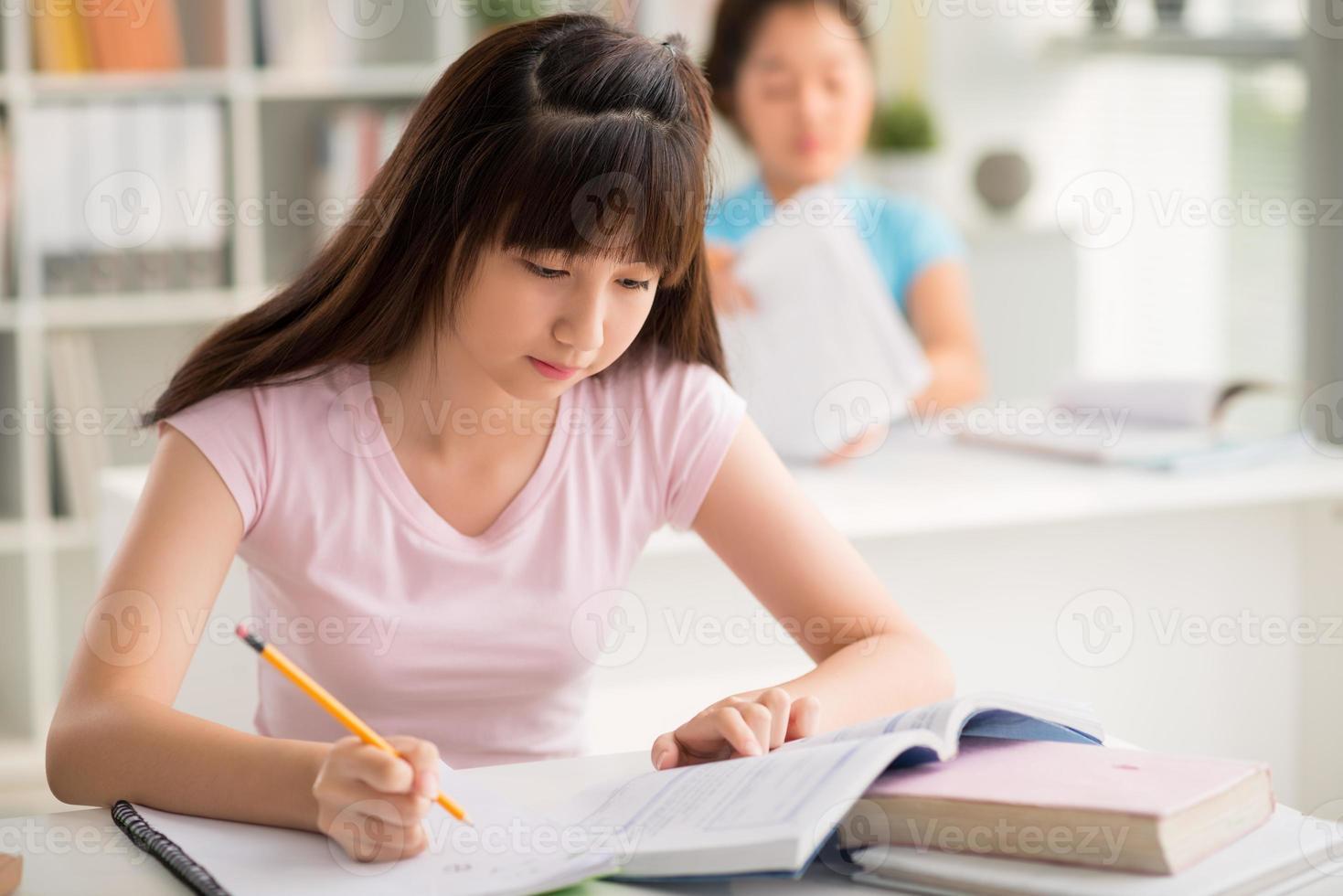 ragazza che studia foto