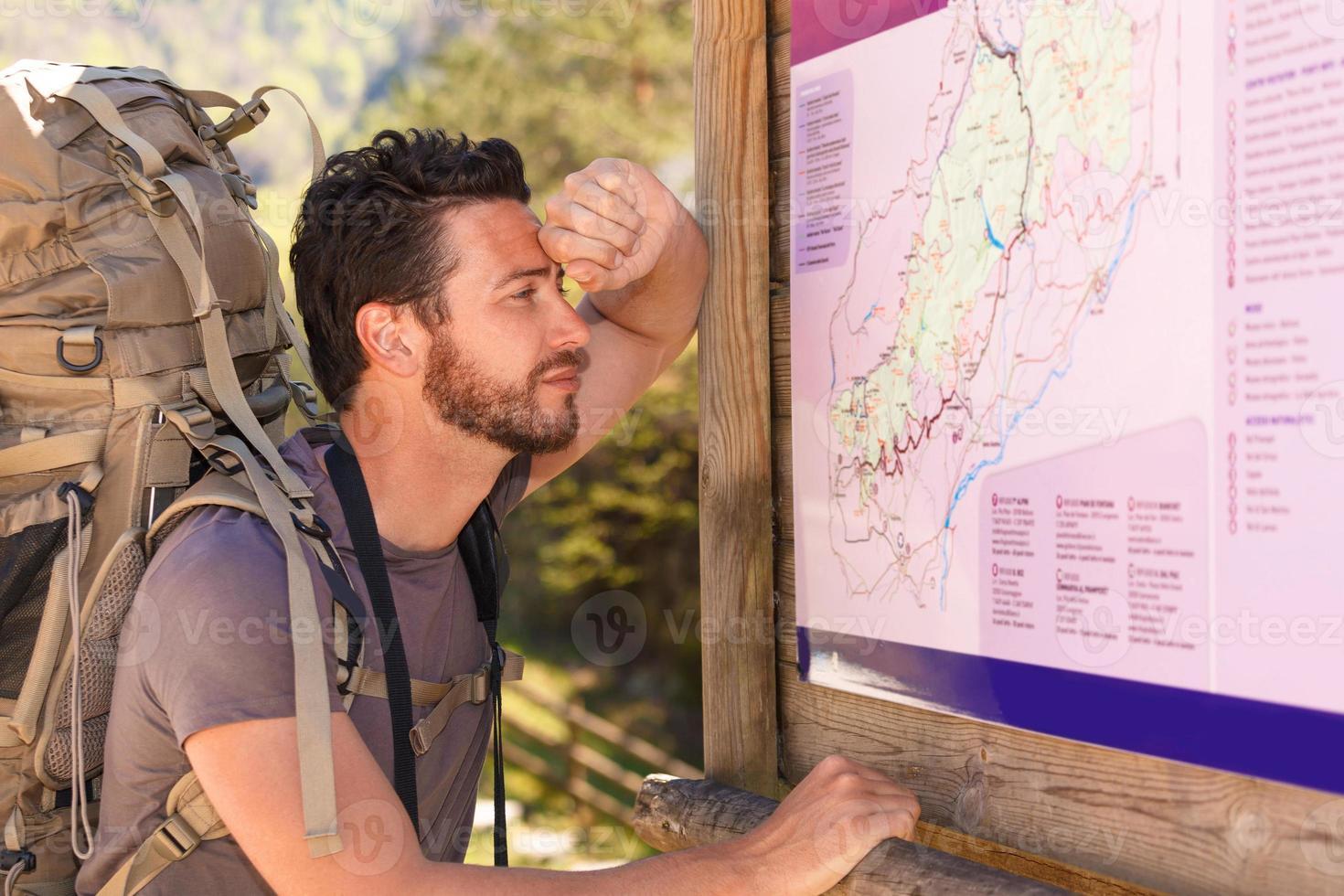 escursionista studiando la mappa foto
