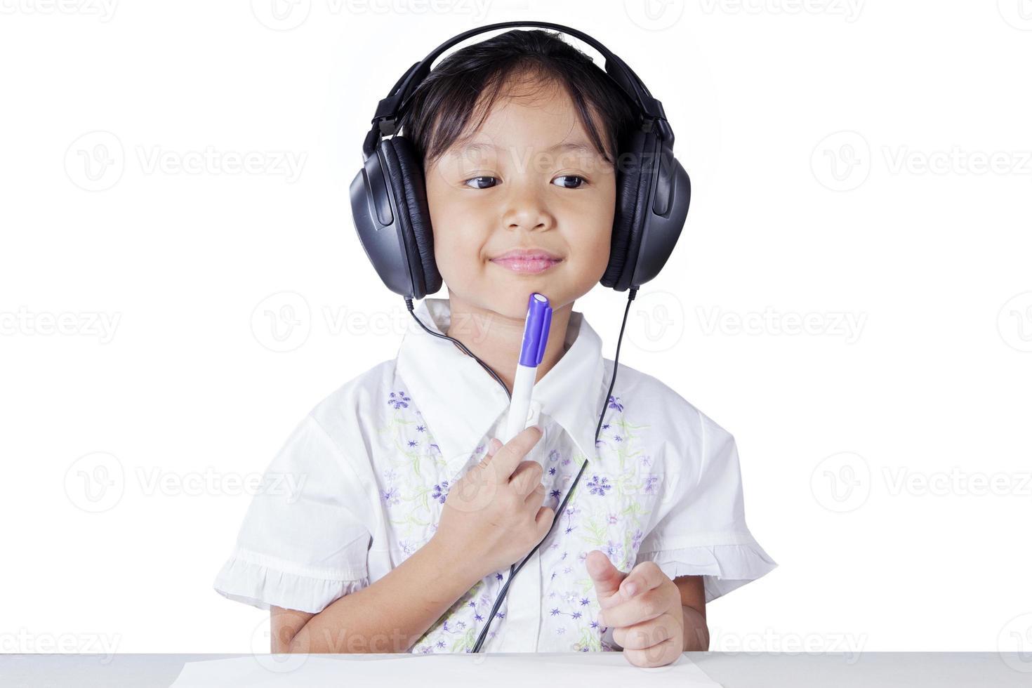 studente premuroso che studia da ascoltare foto