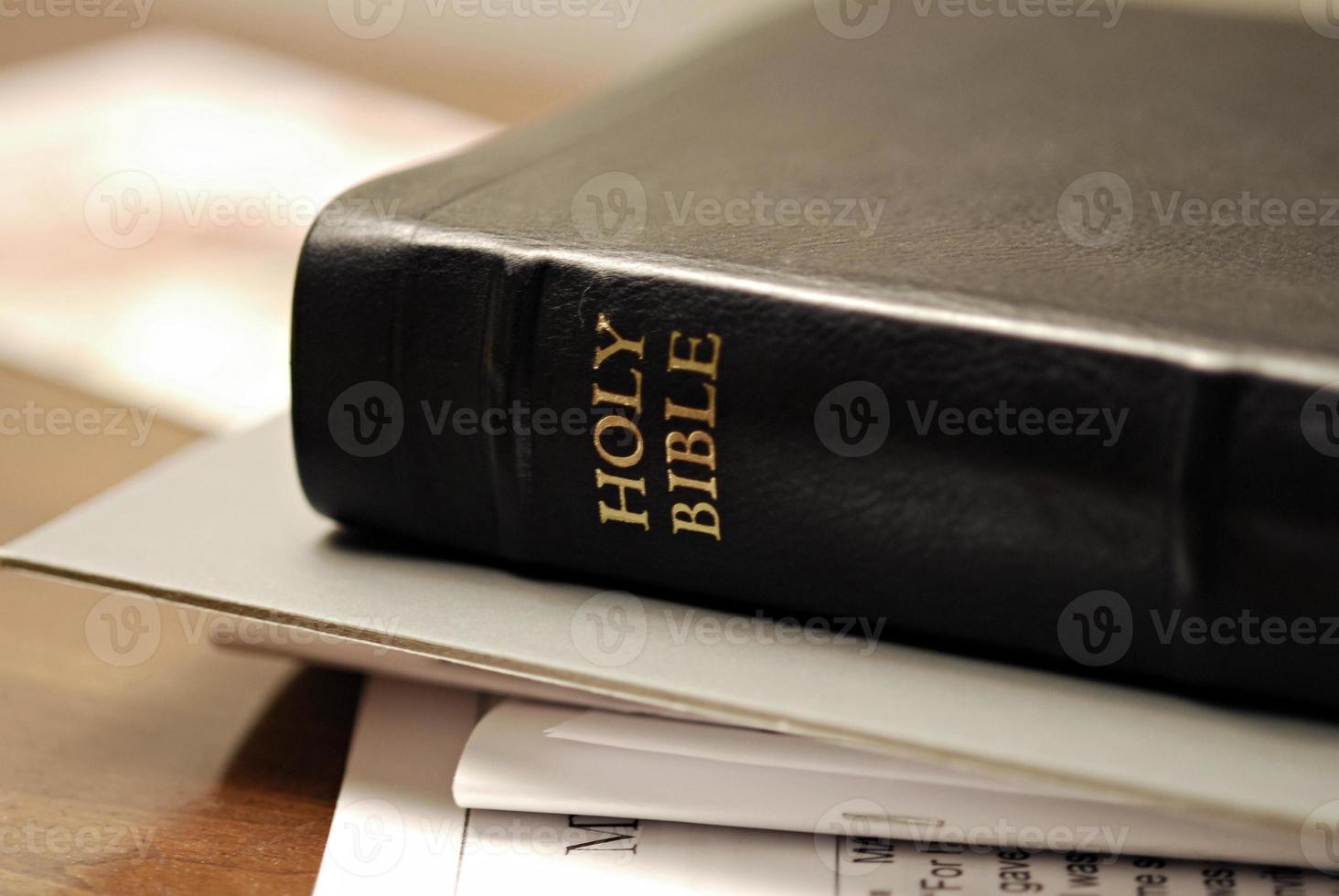 Bibbia nera con materiale di studio foto
