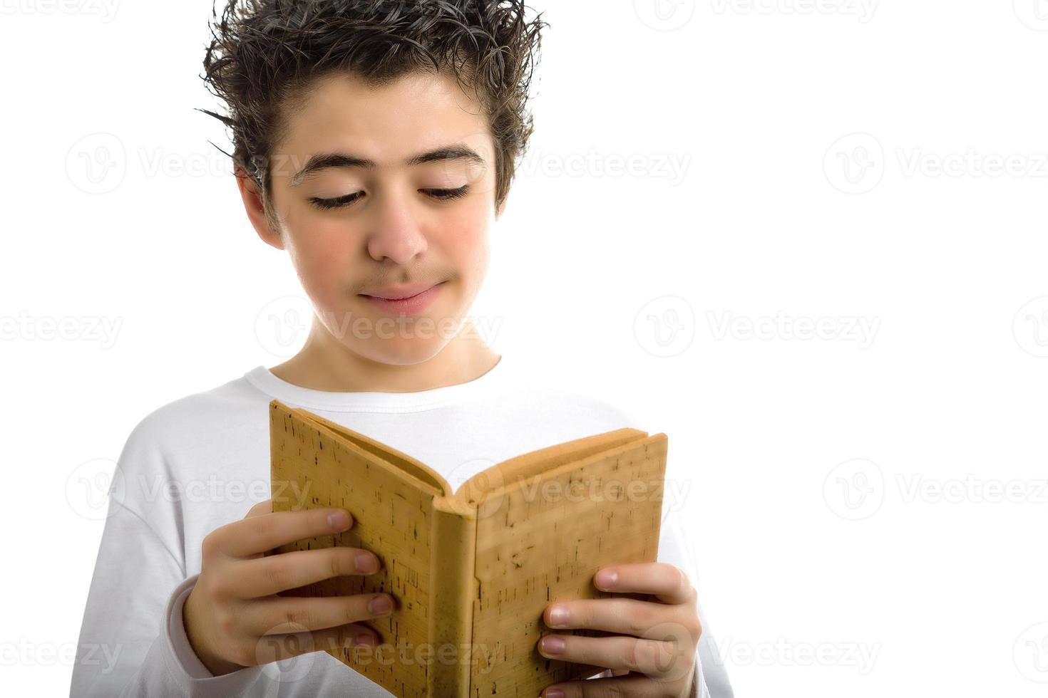 ragazzo carino legge sughero marrone libro bianco sorridente foto