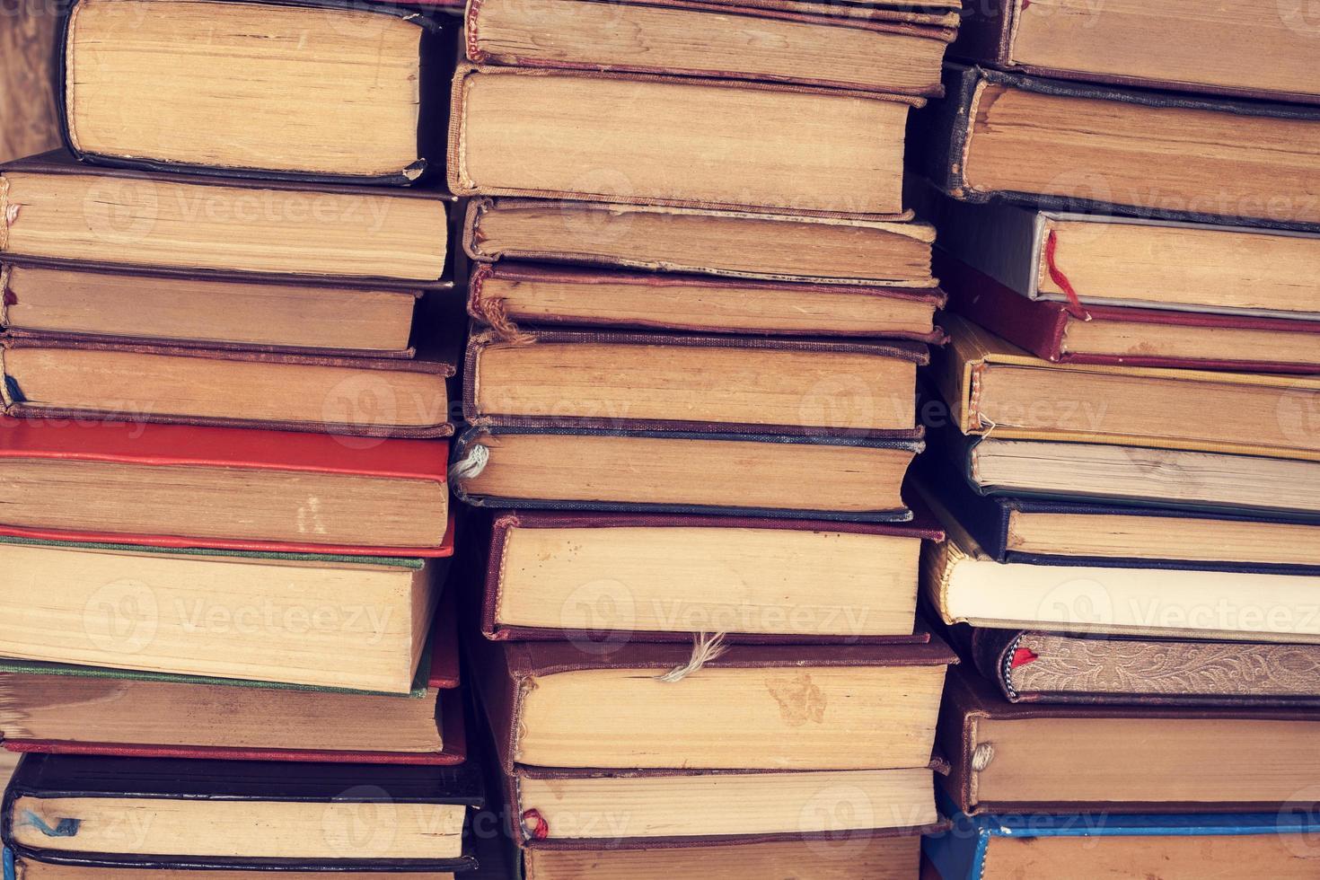 vecchi libri con copertina rigida foto
