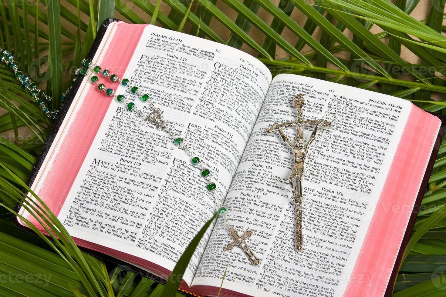 cristianesimo - bibbia e crocifisso foto