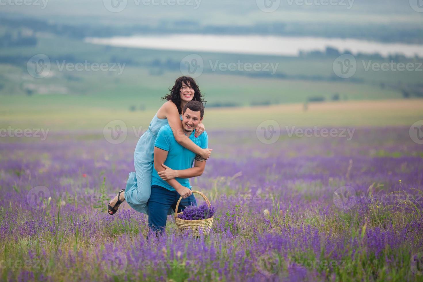 giovane coppia raccolta fiori di lavanda foto