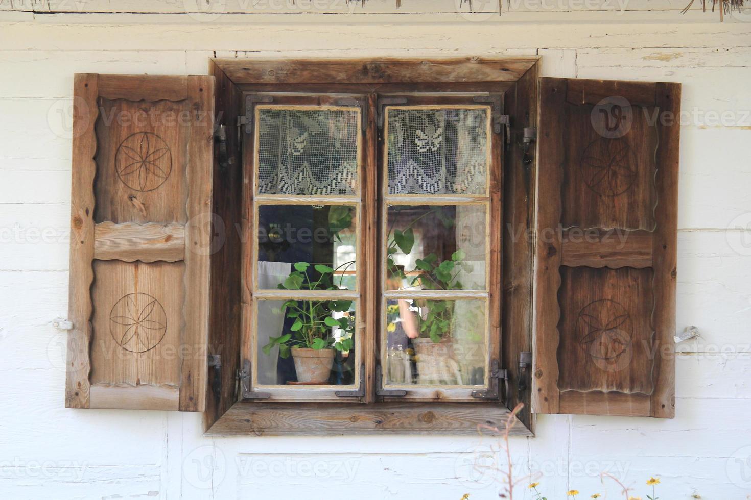 vecchia finestra di legno 5 foto