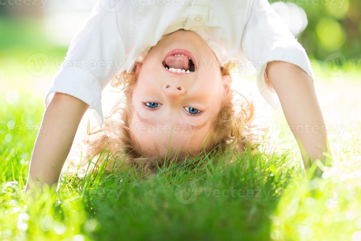 bambino nel parco di primavera foto