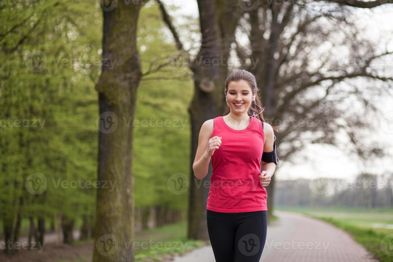 giovane bella donna che corre in città foto