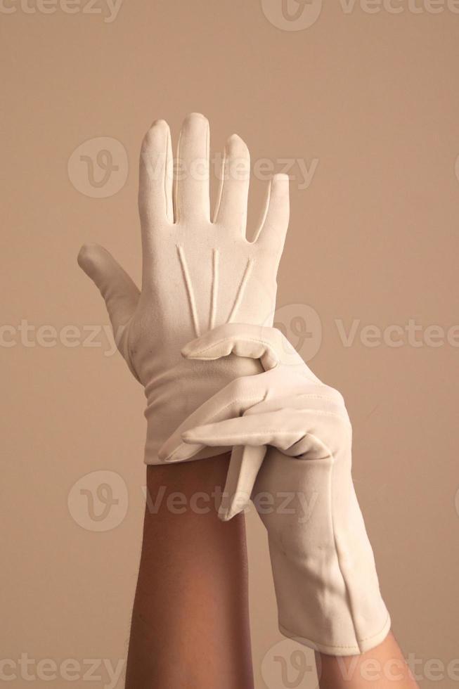 donna che modella i guanti formali in maglia bianca vintage foto