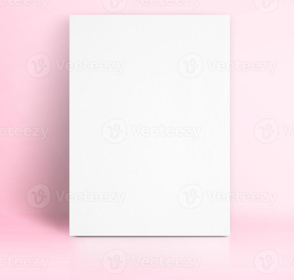poster di carta bianca nera appoggiato allo studio di colore rosa pastello foto