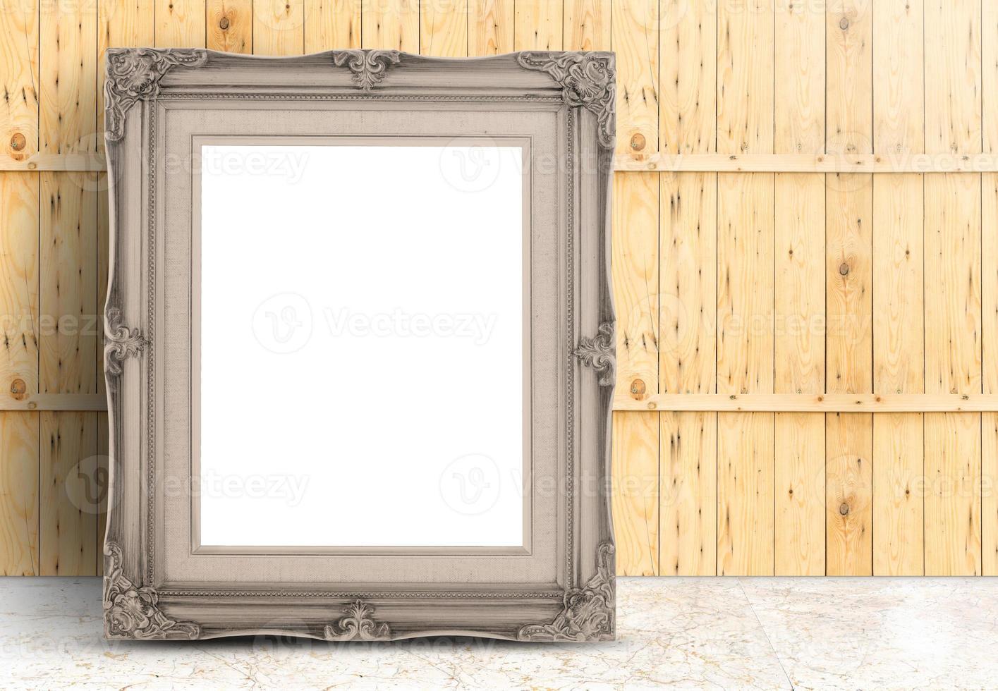 cornice vintage bianca pallida in rilievo sul pavimento di marmo, parete in legno foto