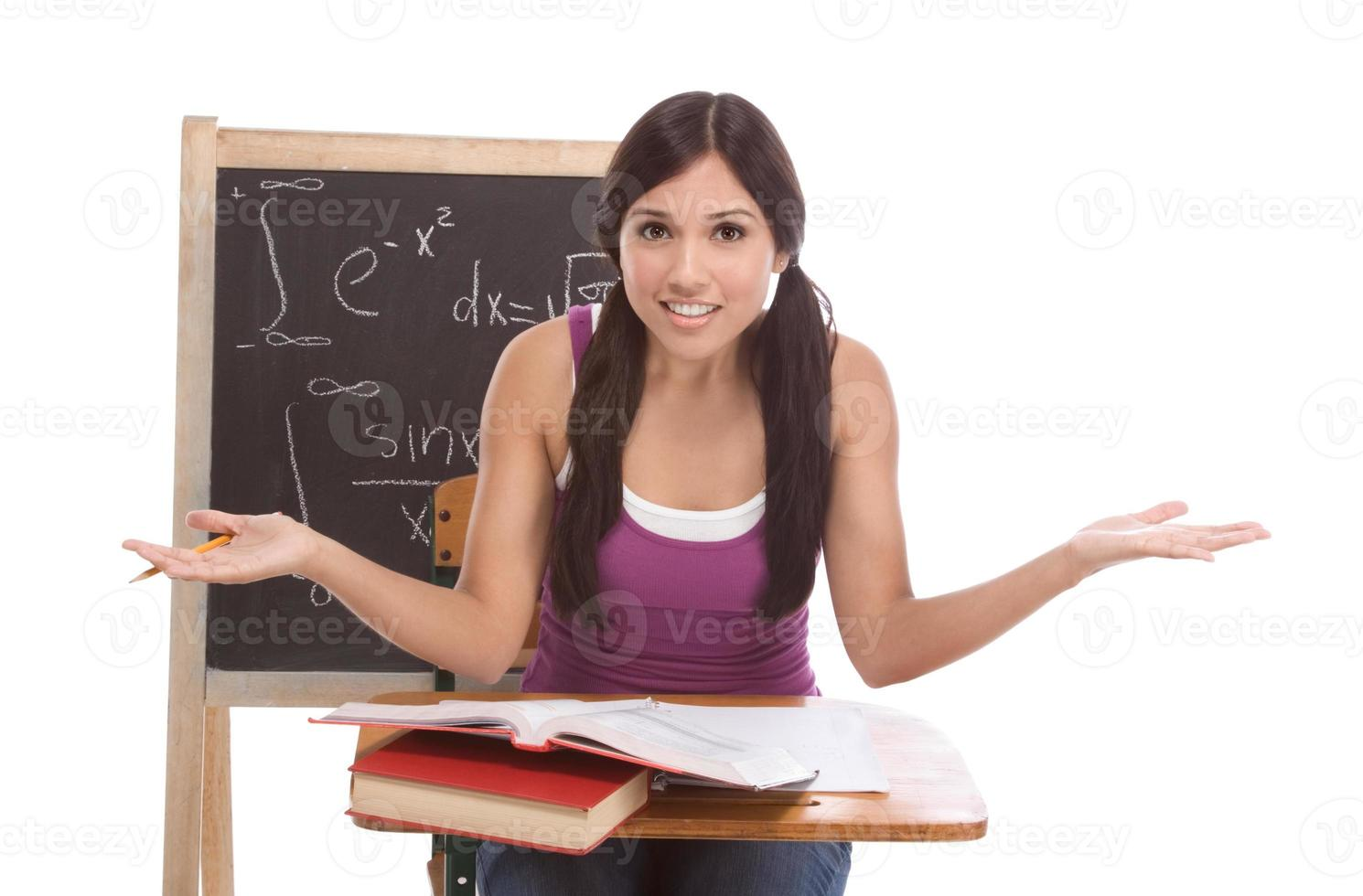 donna ispanica dello studente di college che studia esame di matematica foto