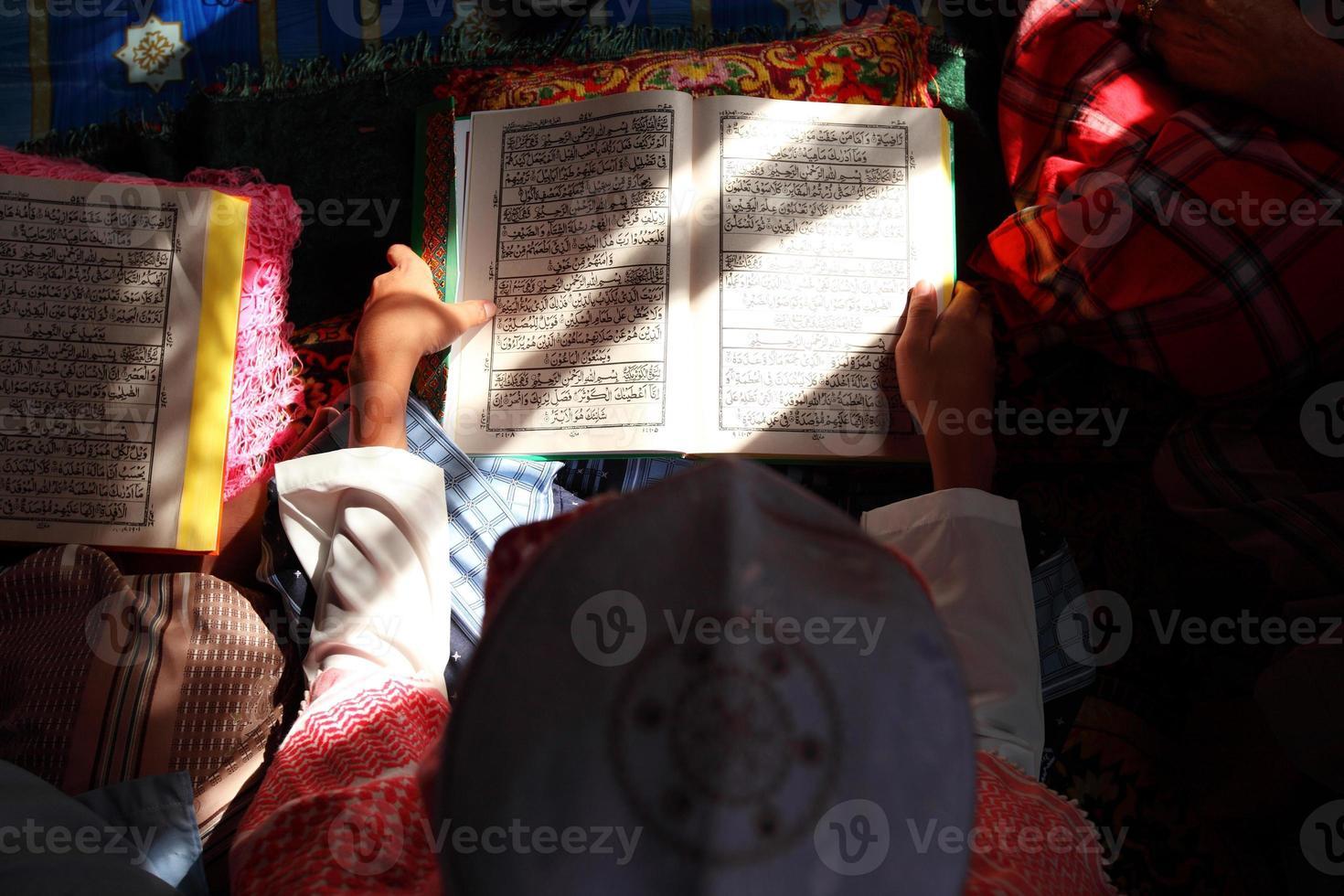 vicino bambino musulmano e libro foto