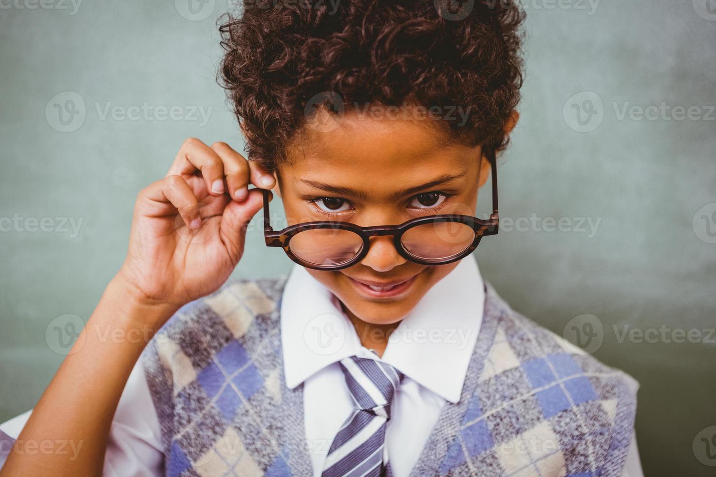 ragazzino sveglio che tiene i vetri foto
