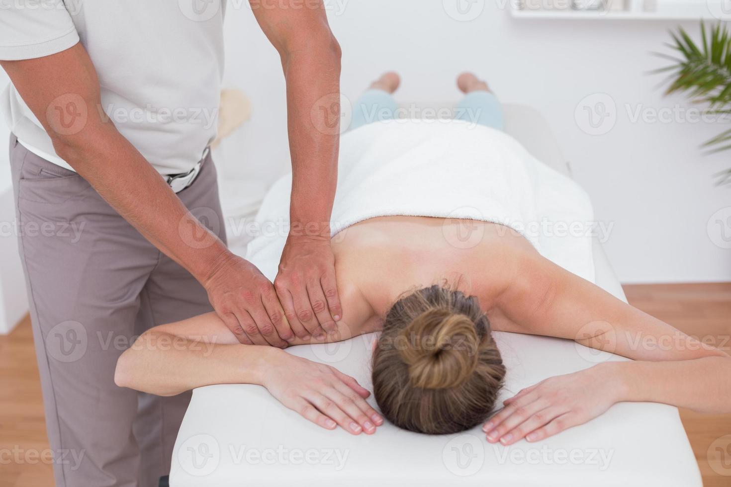 Fisioterapista che fa massaggio del braccio foto
