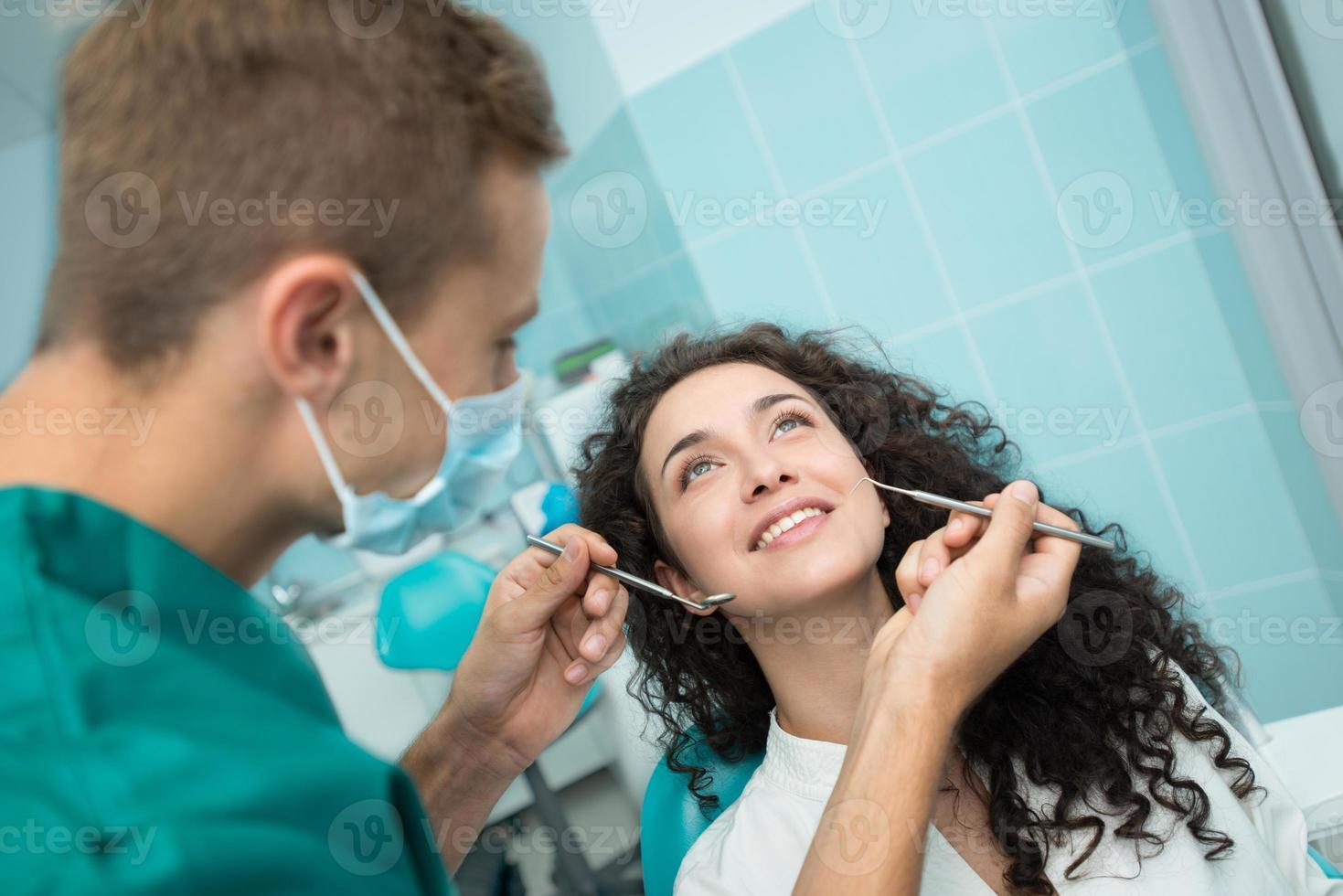 giovane donna all'appuntamento dal dentista foto
