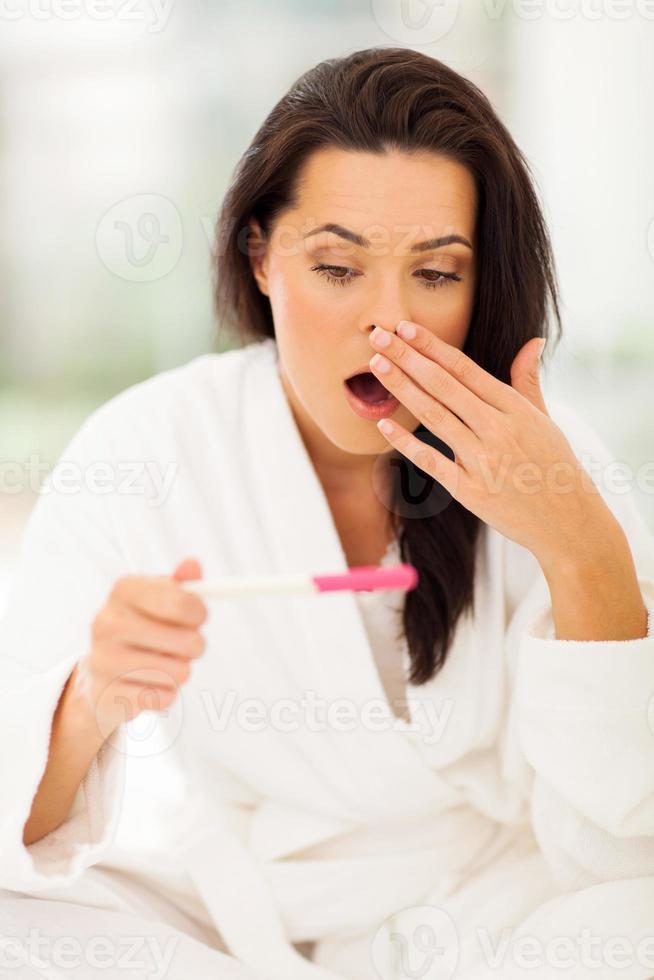 la giovane donna è rimasta scioccata quando il test di gravidanza ha mostrato risultati positivi foto