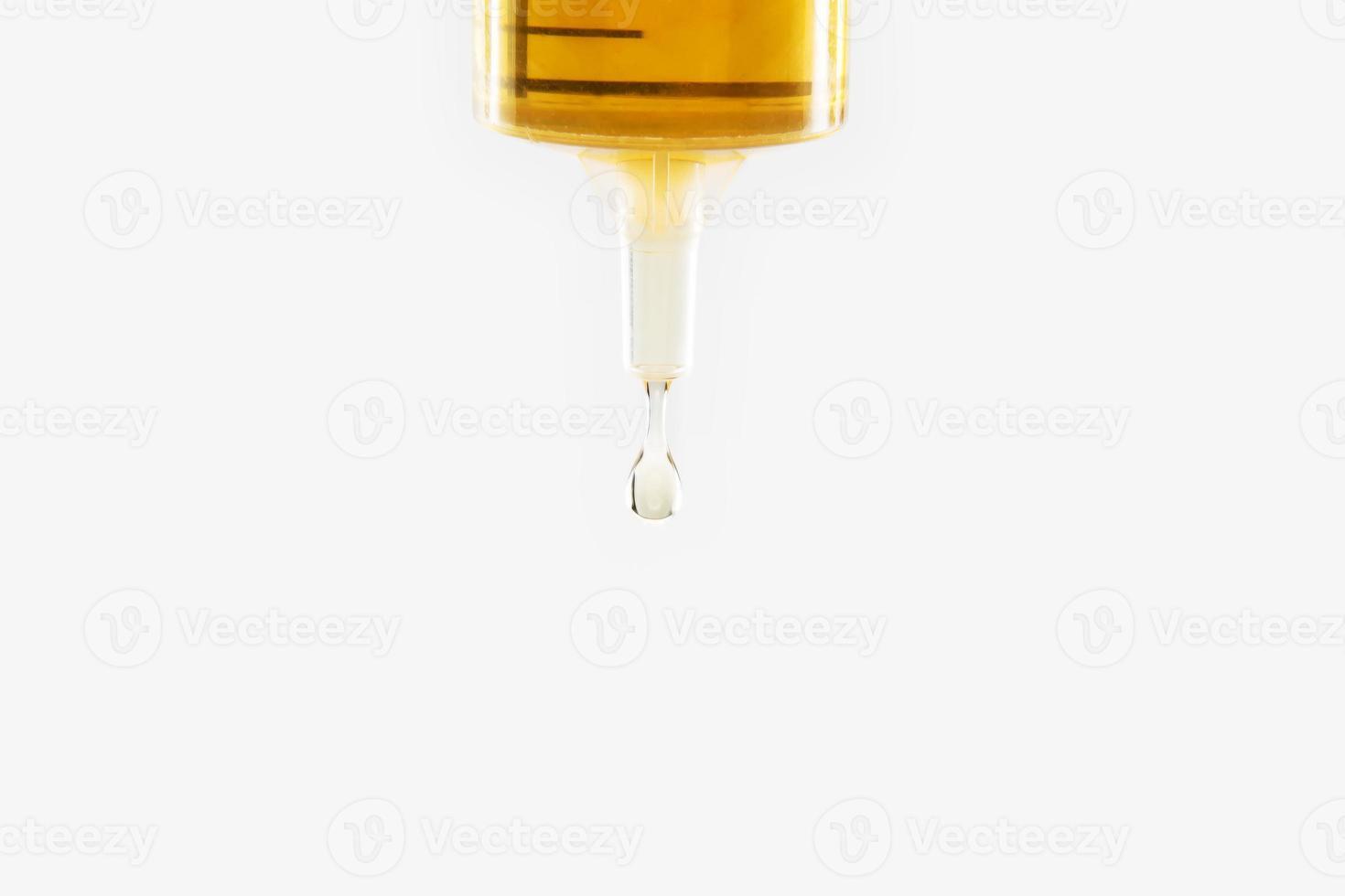 siringa con una goccia di medicina foto