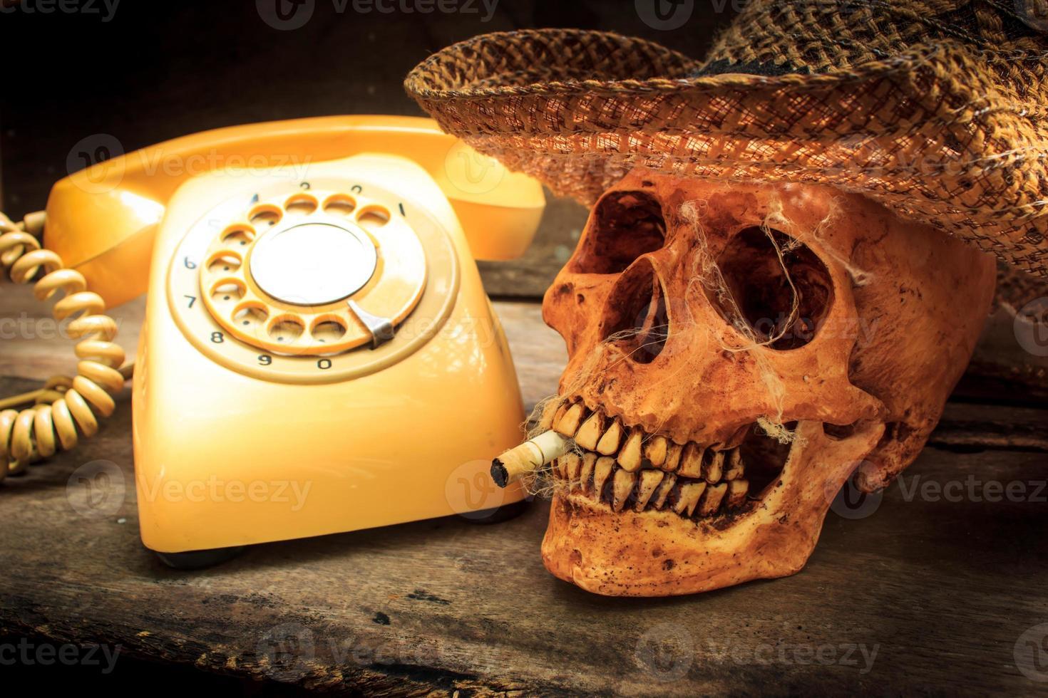 teschio con sigaretta, natura morta. foto