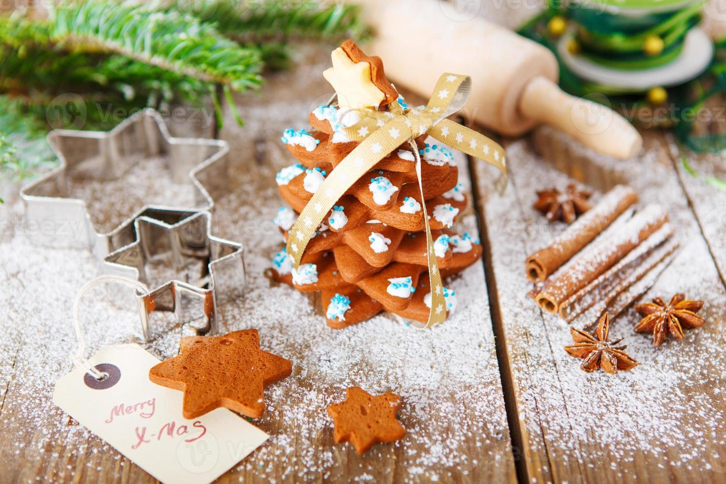 albero di panpepato al forno fatto in casa di Natale sul retro in legno d'epoca foto
