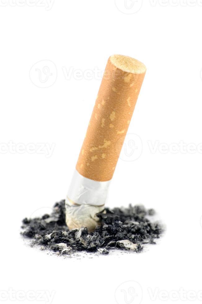 primo piano a macroistruzione del particolare della cenere di estremità di sigaretta, colpo isolato dello studio dettagliato foto
