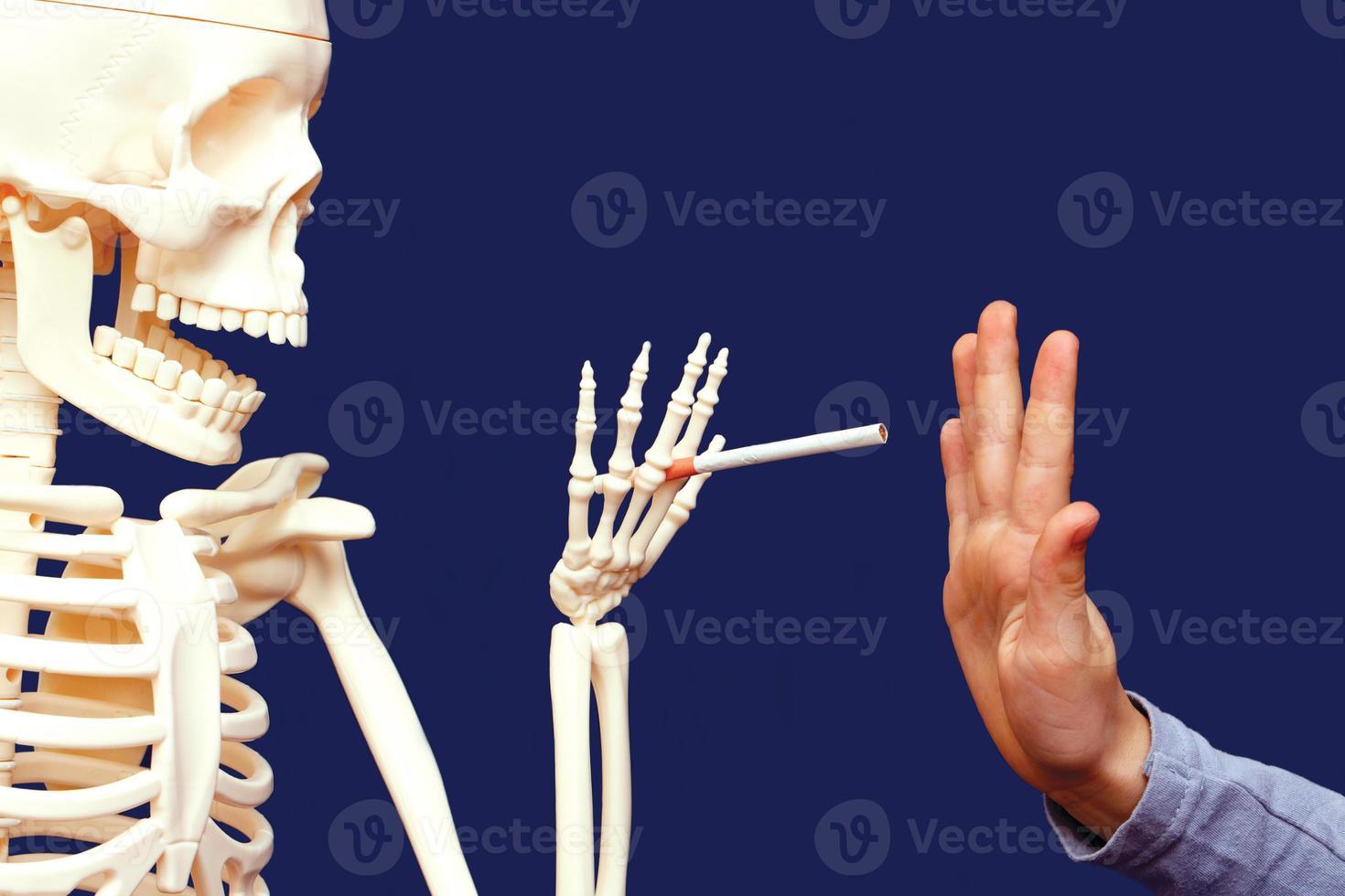 persona che evita di fumare foto