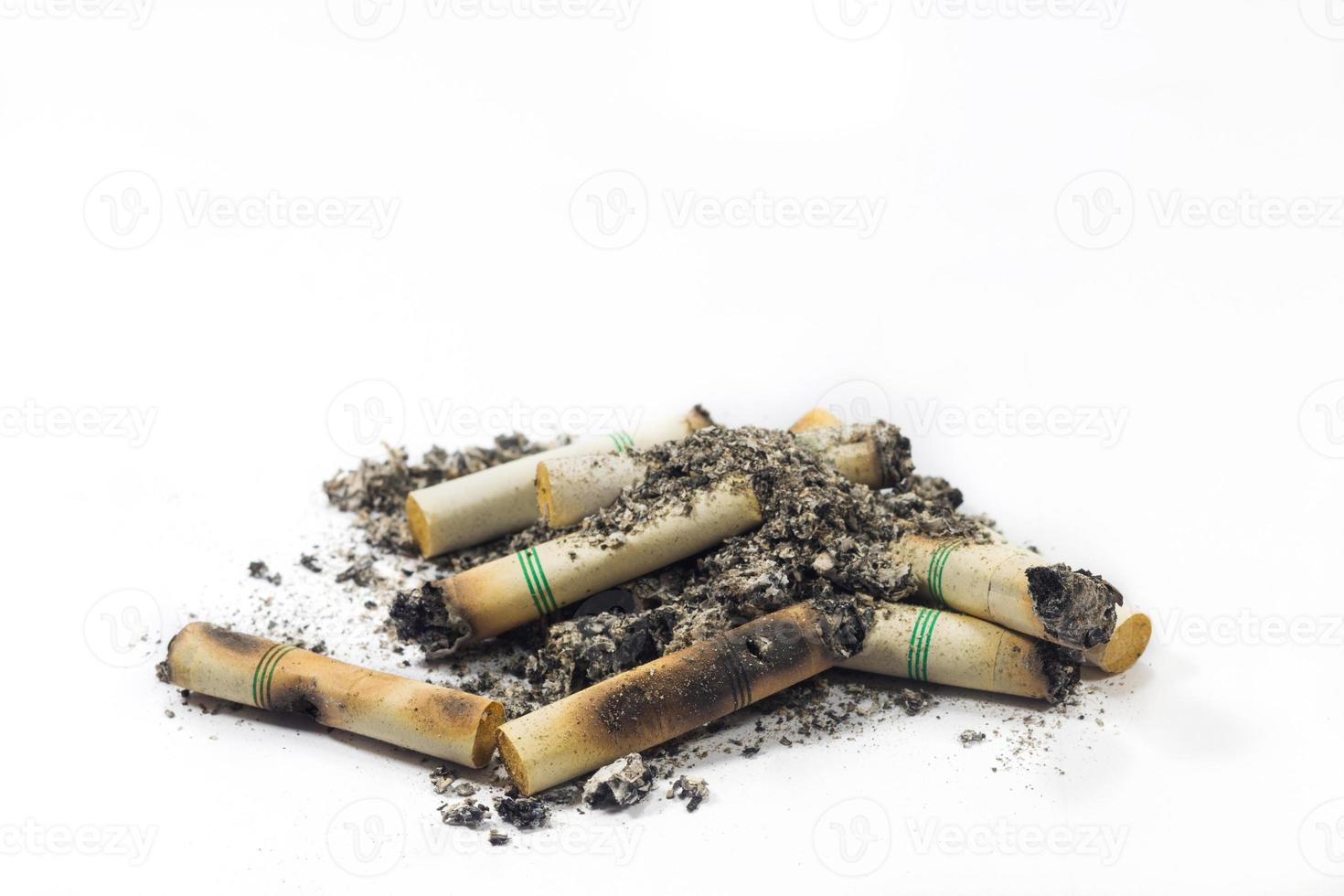 sigaretta isolata su uno sfondo bianco con tracciato di ritaglio foto