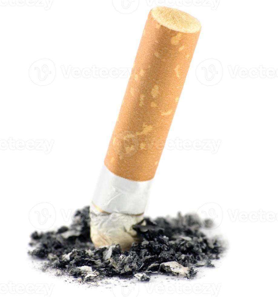 primo piano a macroistruzione della cenere e di estremità di sigaretta, colpo isolato dello studio foto