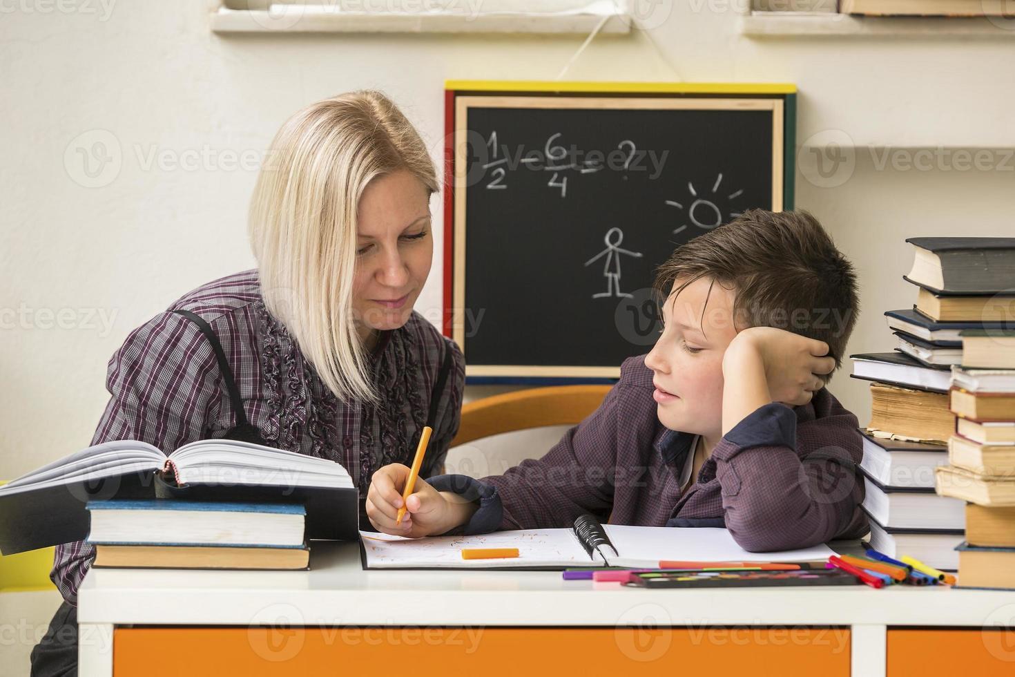 studente durante i compiti con l'aiuto di un tutor. foto
